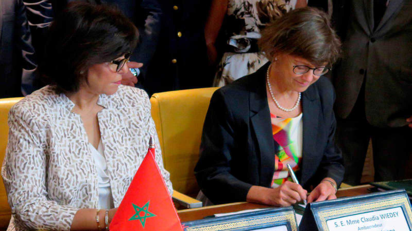 La embajadora de la UE en Rabat, Claudia Wiedy, y la secretaria general del Departamento de Pesca en el Ministerio marroquí de Agricultura, Zakia Driouich durante la firma, en julio de 2018, de un nuevo acuerdo pesquero