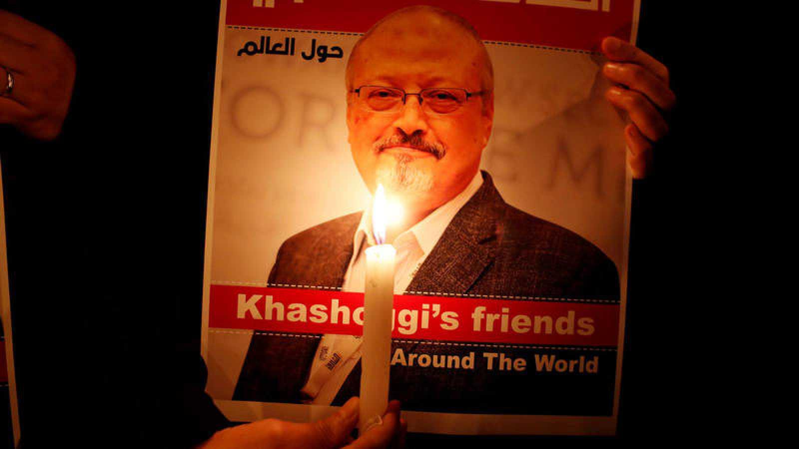 Un manifestante homenajea a Jamal Khashoggi en Estambul