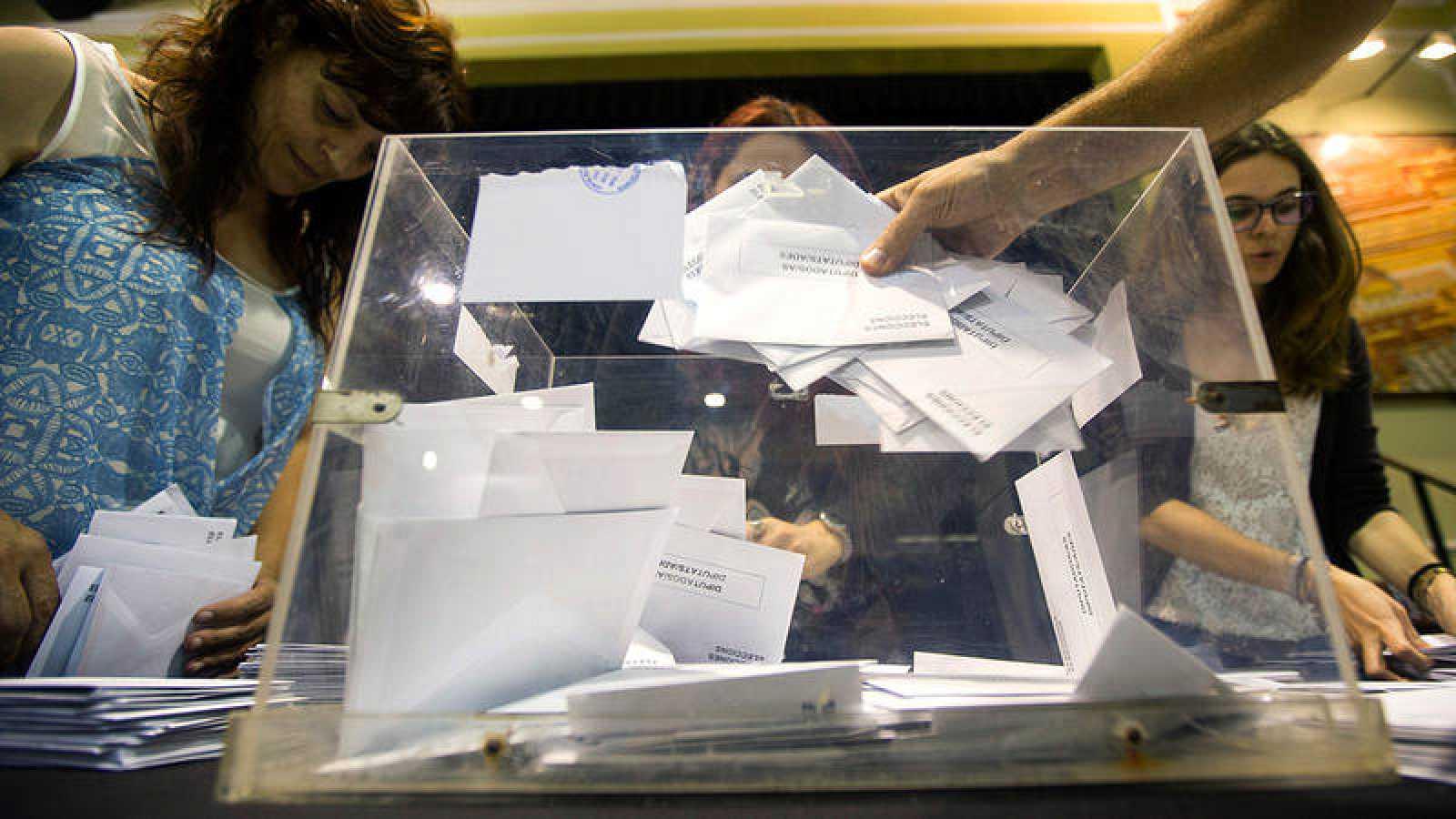 Miembros de una mesa electoral durante el recuento de votos en las elecciones de 2016