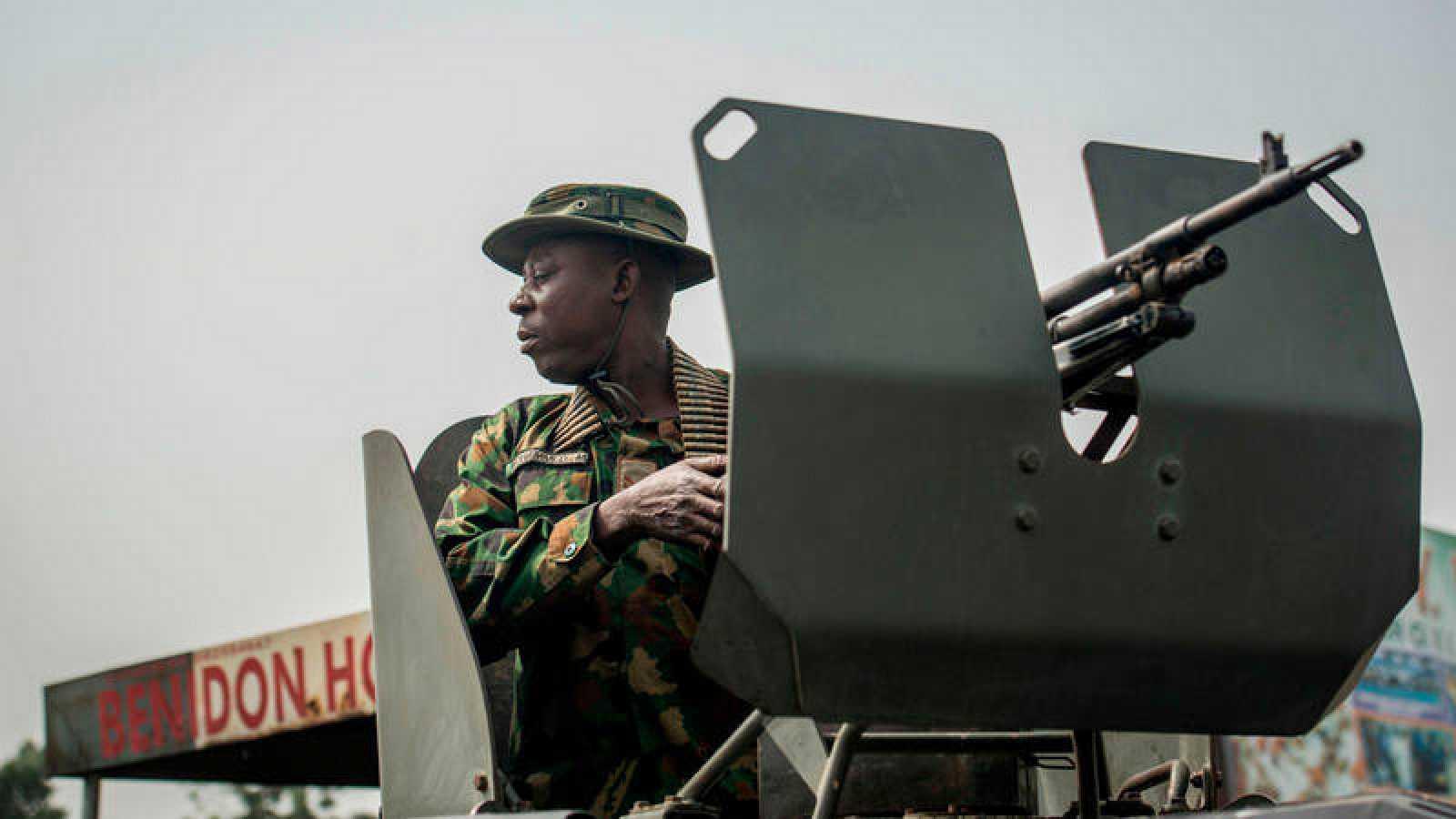 Un soldado en un control militar en la ciudad de Aba
