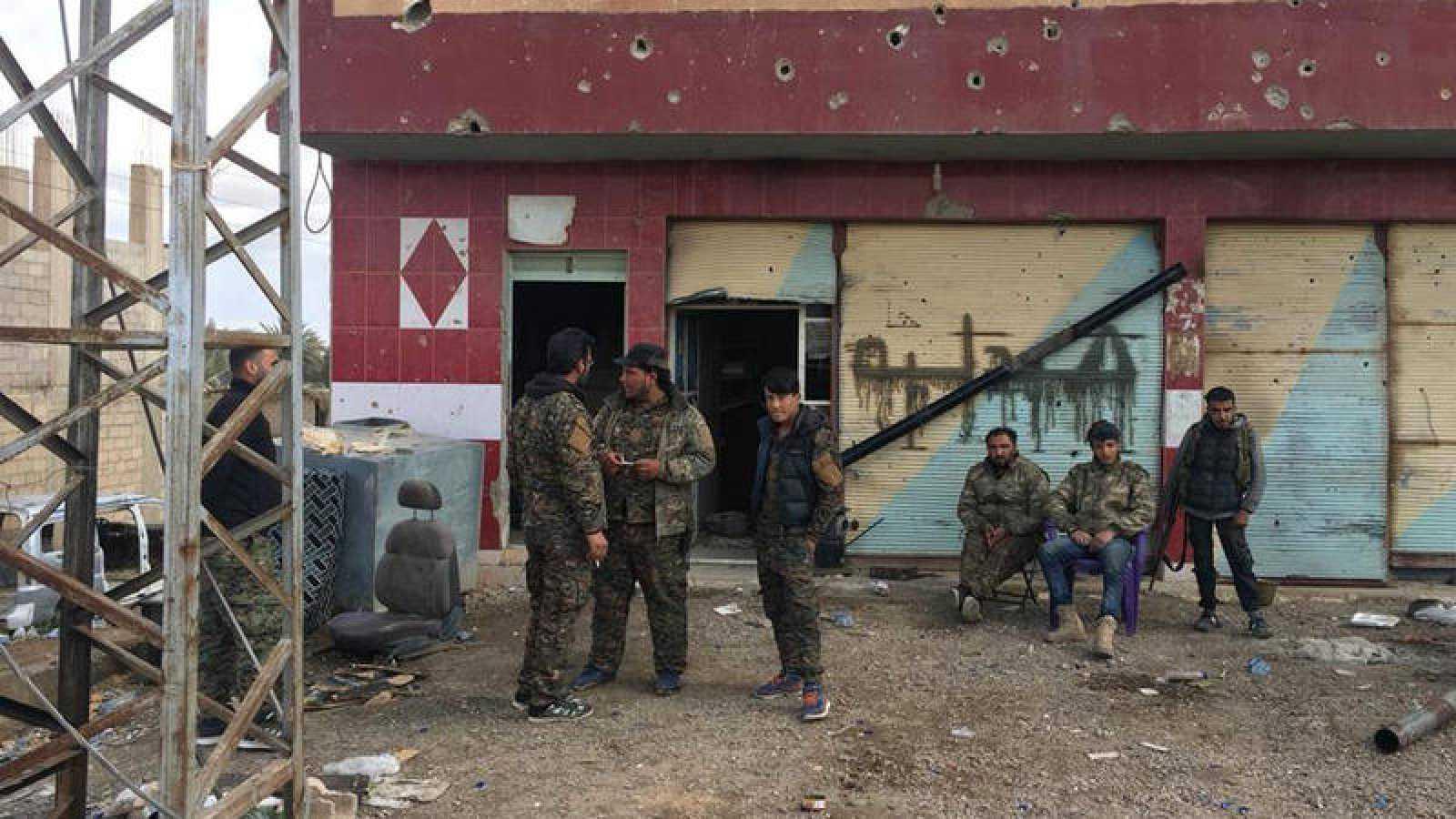 Miembros de las Fuerzas de Siria Democrática, una alianza armada liderada por kurdos, en un puesto de seguridad en la población de Al Baguz, el último reducto del grupo yihadista Estado Islámico en Siria.