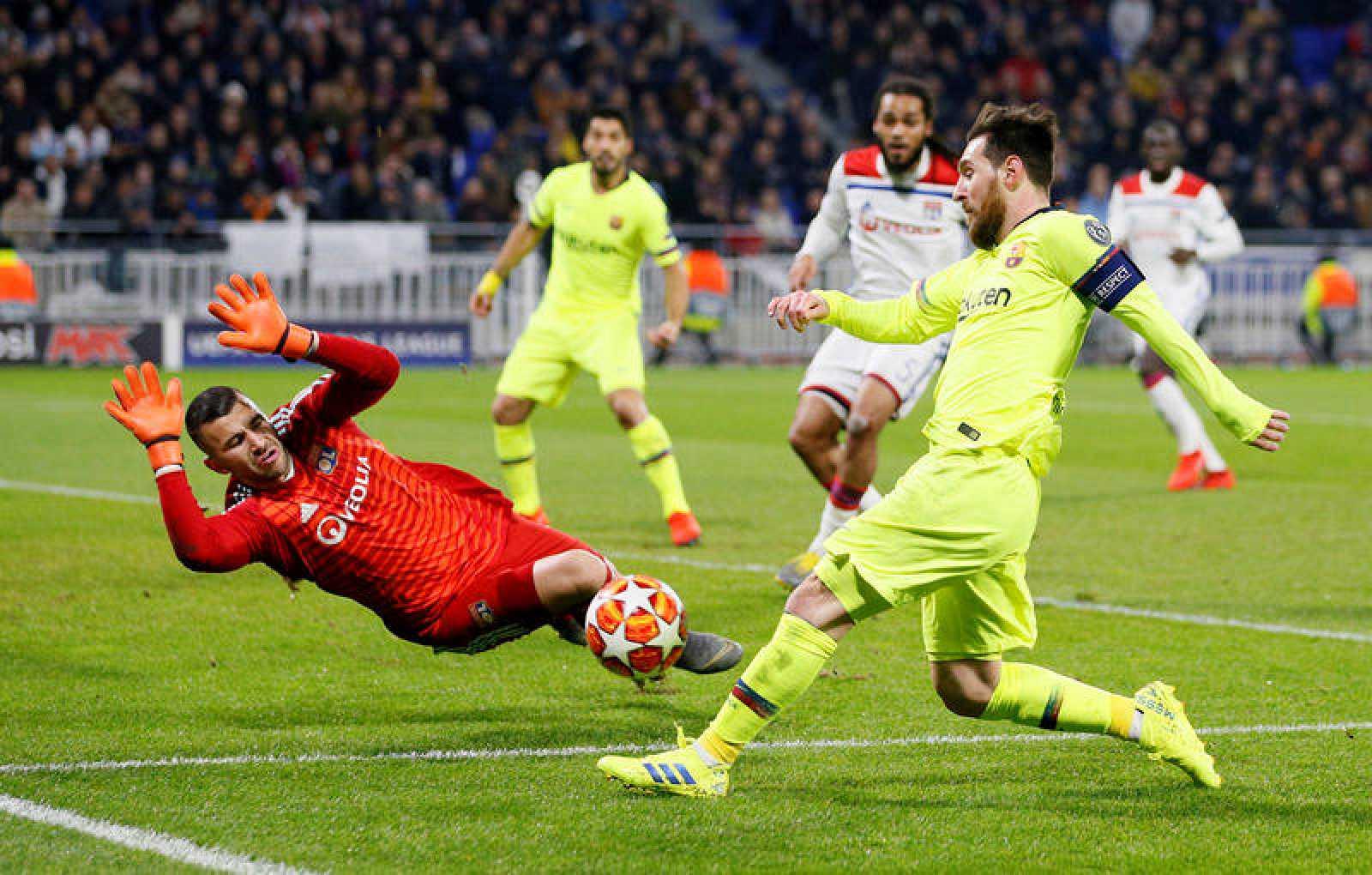 Lionel Messi trata de superar al portero Lopes durante el partido.