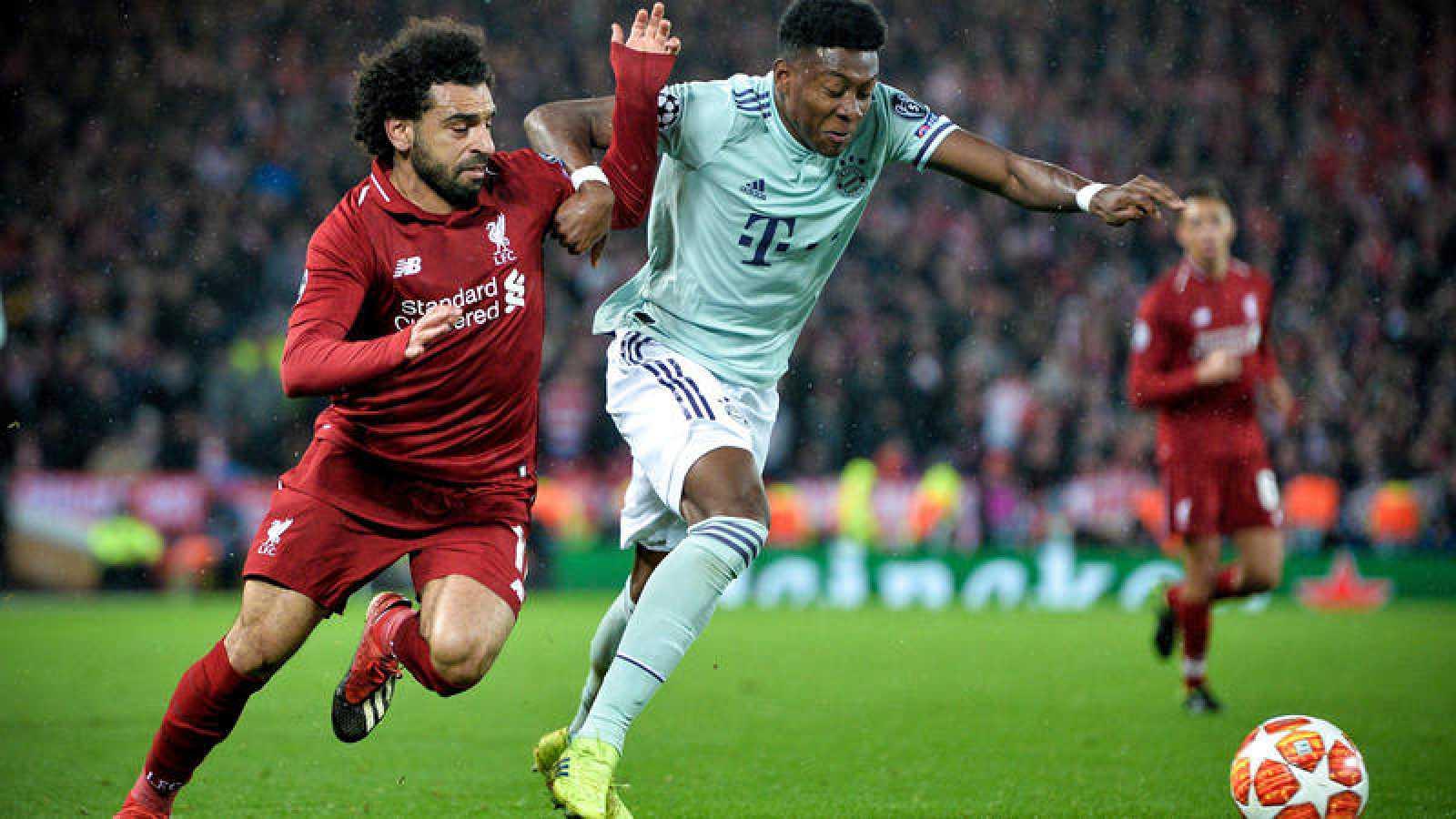 Salah intenta avanzar con el balón ante Alaba