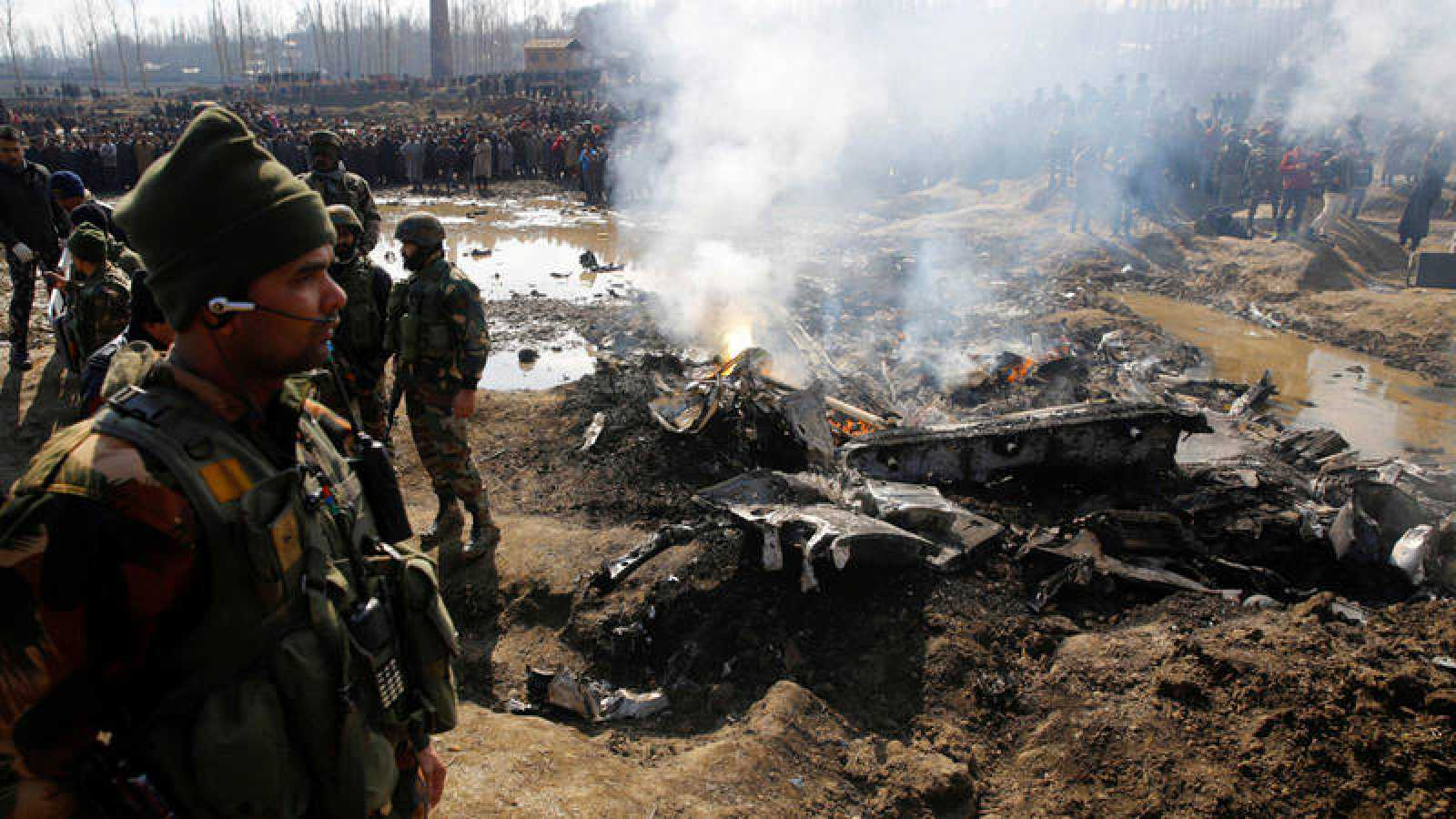 Restos de una aeronave de combate en la Cachemira india