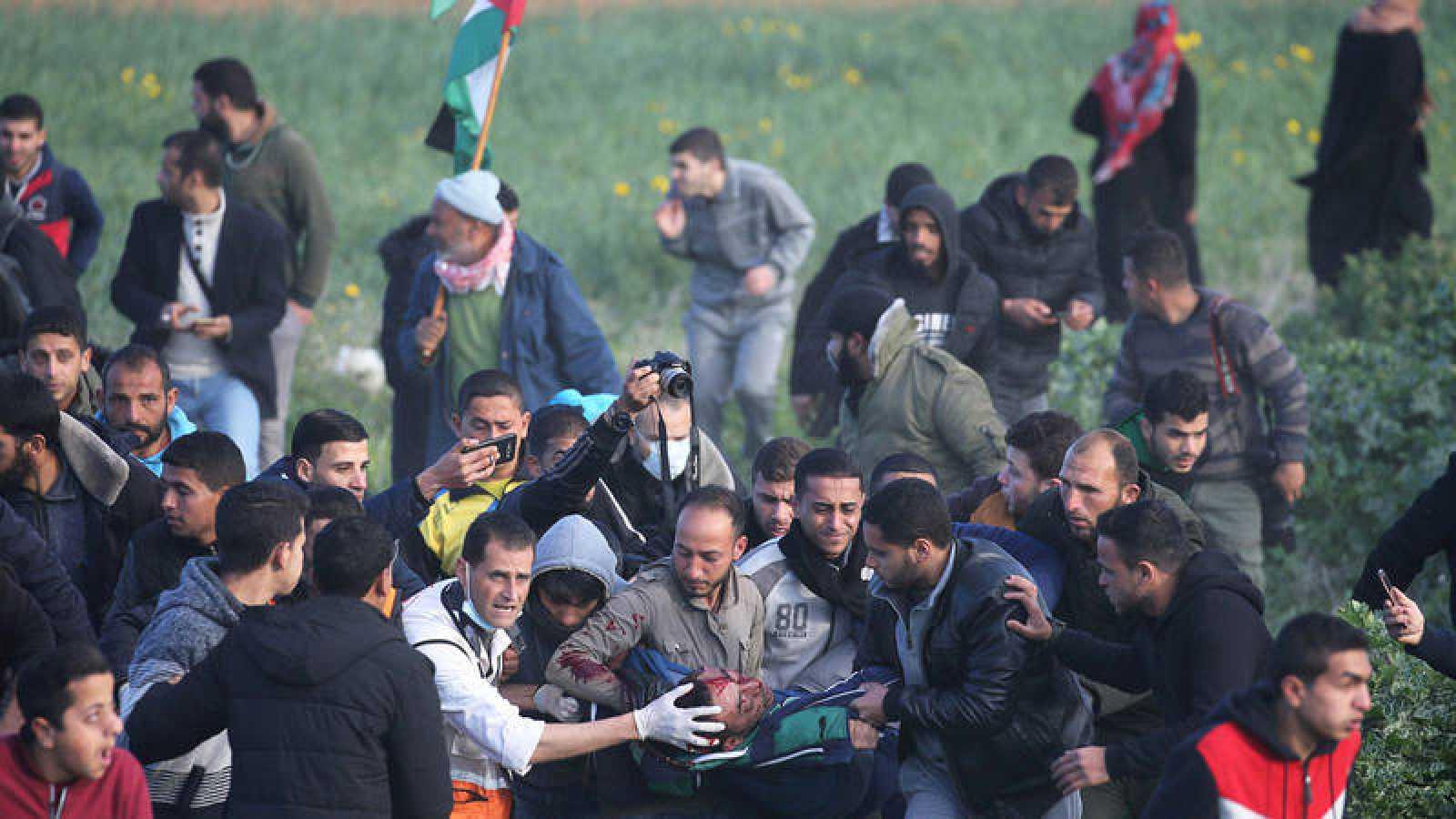 Un palestino herido es evacuado durante una protesta en la frontera al sur de la Franja de Gaza, el viernes 22 de febrero.