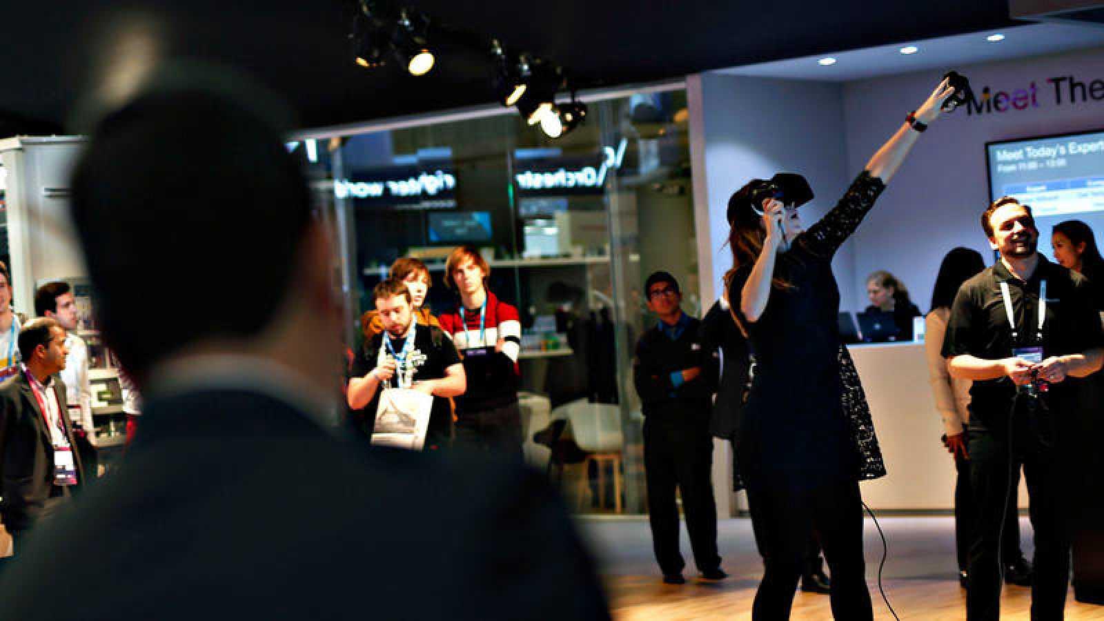 Una mujer prueba un dispositivo de realidad virtual en el Mobile World  Congress de Barcelona 80dced96c75