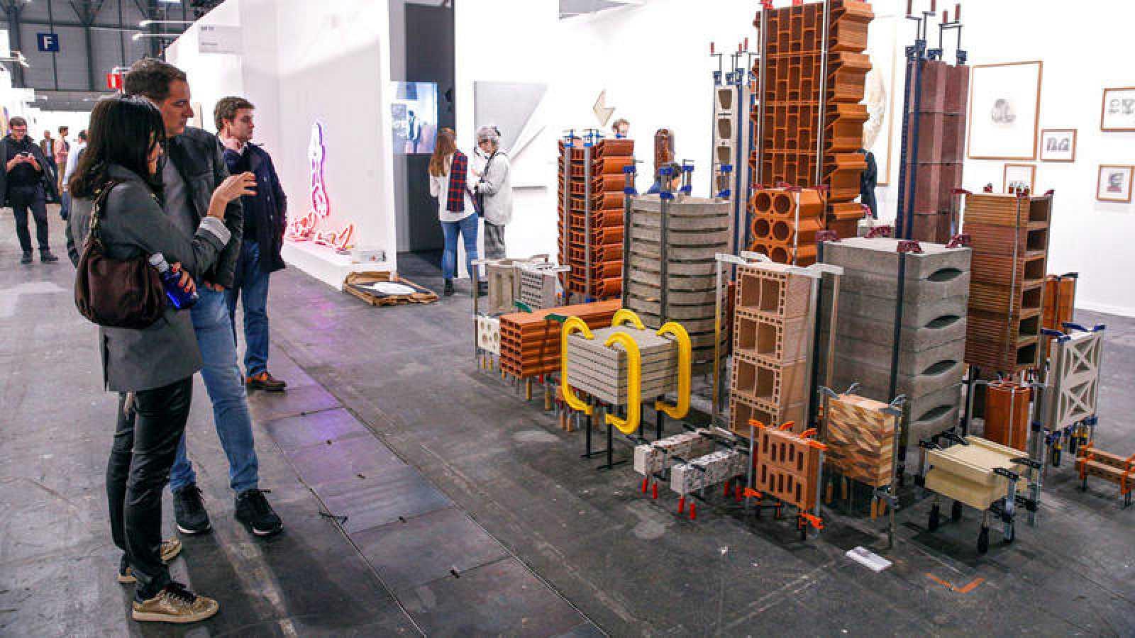 Unas personas visitan la exposición de la galería Revolver de Perú en la feria de arte, ARCO.
