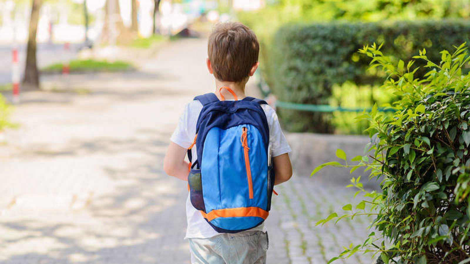 Imagen de archivo de un niño caminando solo