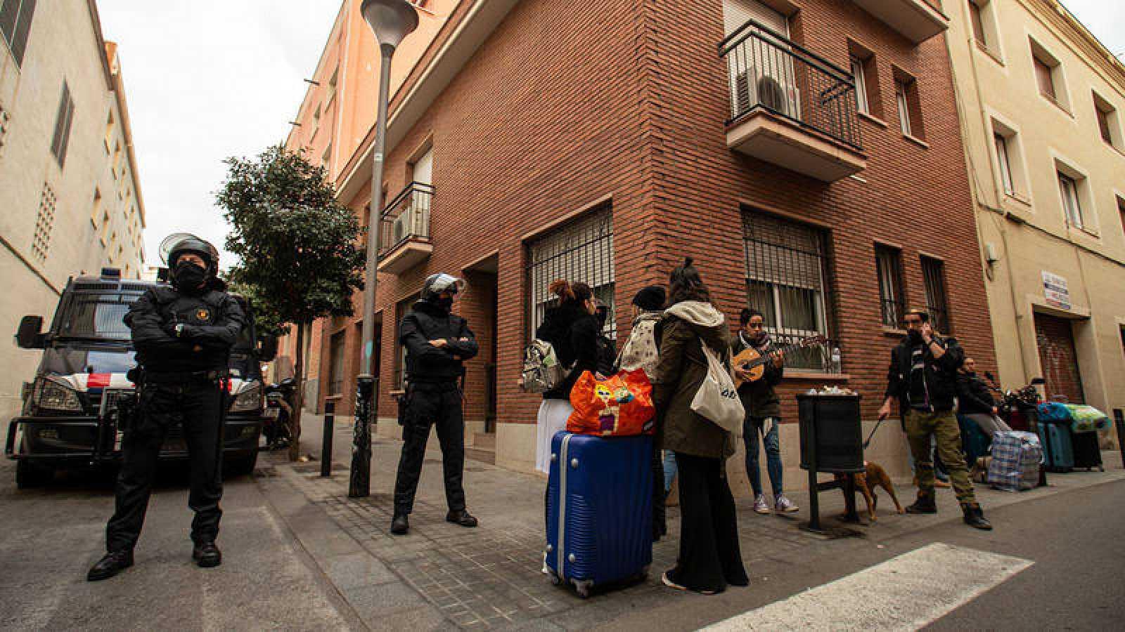 Los Mossos desalojan un edificio ocupado en Barcelona el pasado mes de febrero