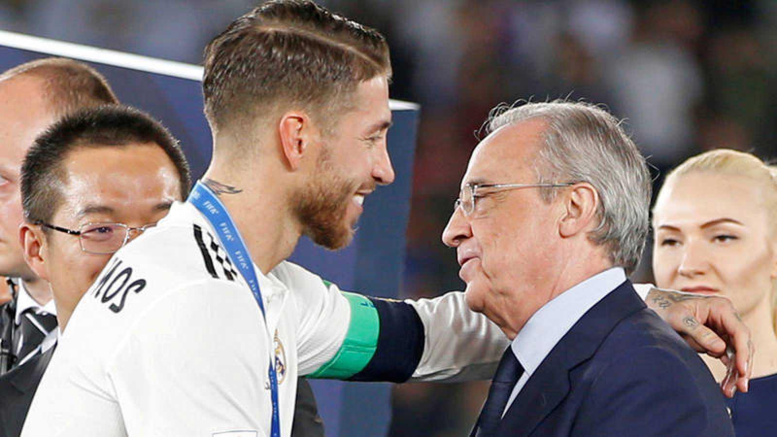 Sergio Ramos y Florentino Pérez se saludan cordialmente tras el pasado Mundialito ganado por el Madrid.