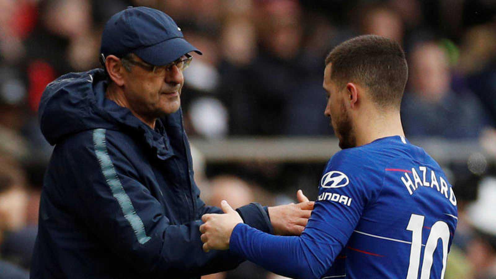 El entrenador del Chelsea, Maurizio Sarri, conversa con el belga Eden Hazard en un partido.