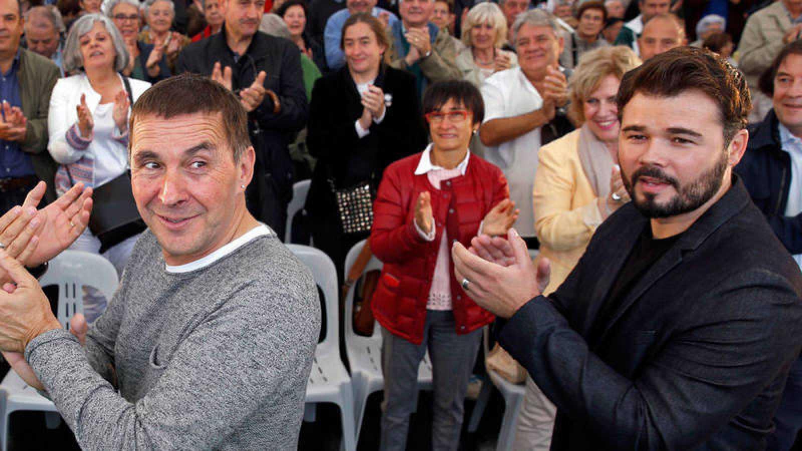 Arnaldo Otegui y Gabriel Rufián en un acto político en 2016