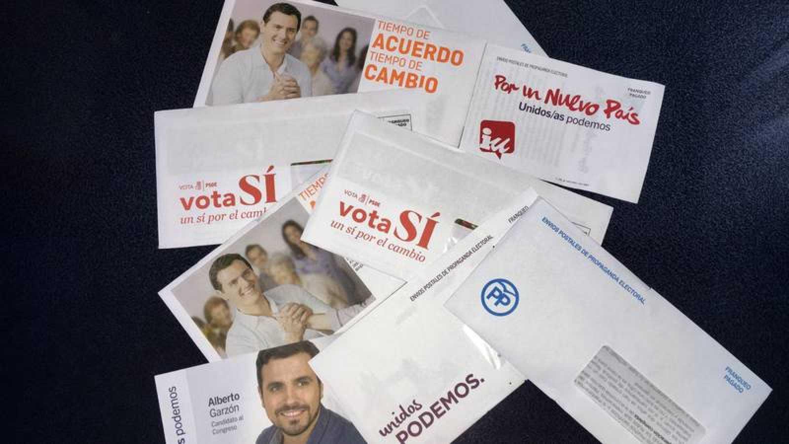 Sobres de envío postal electoral utilizados en las pasadas elecciones generales.