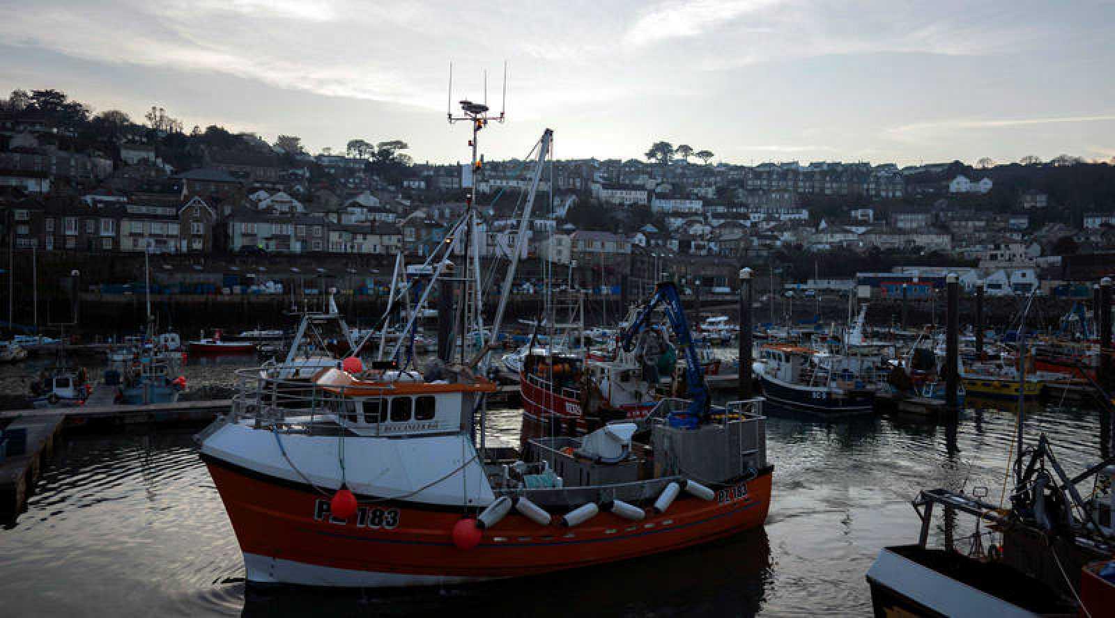 Un barco pesquero atraca en el puerto de Newlyn (Reino Unido)