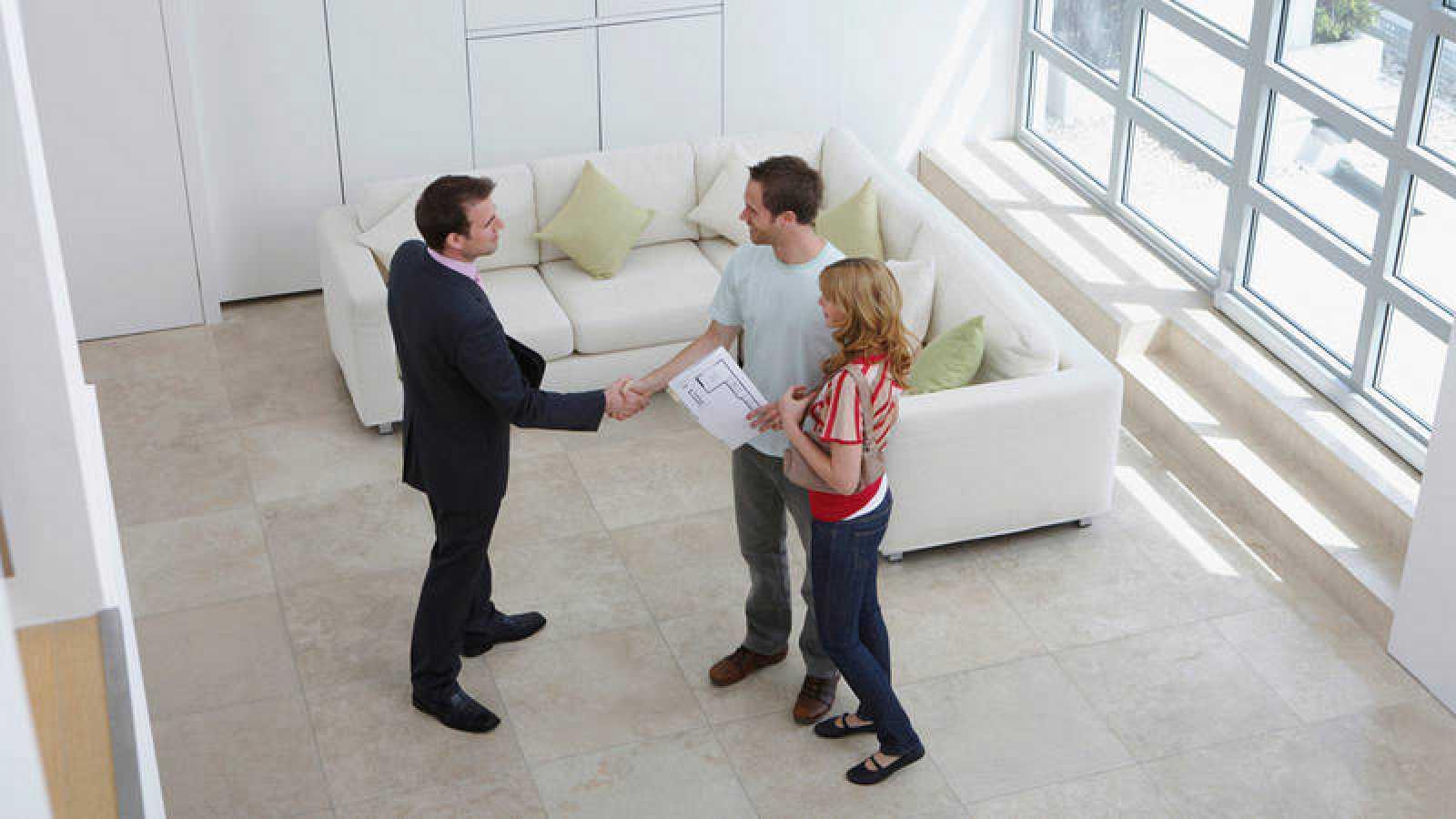 Una pareja compra una casa