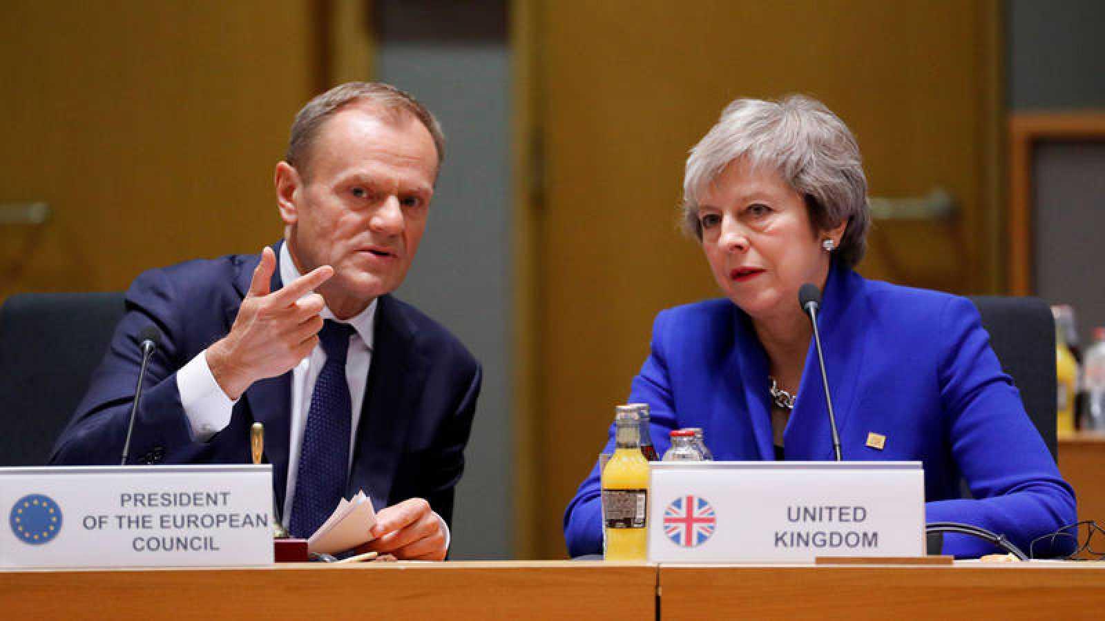 El primera ministra británica, Theresa May (R), y el presidente del Consejo de la Unión Europea, Donald Tusk, durante la cumbre extraordinaria de líderes de la UE para finalizar y formalizar el acuerdo del Brexit