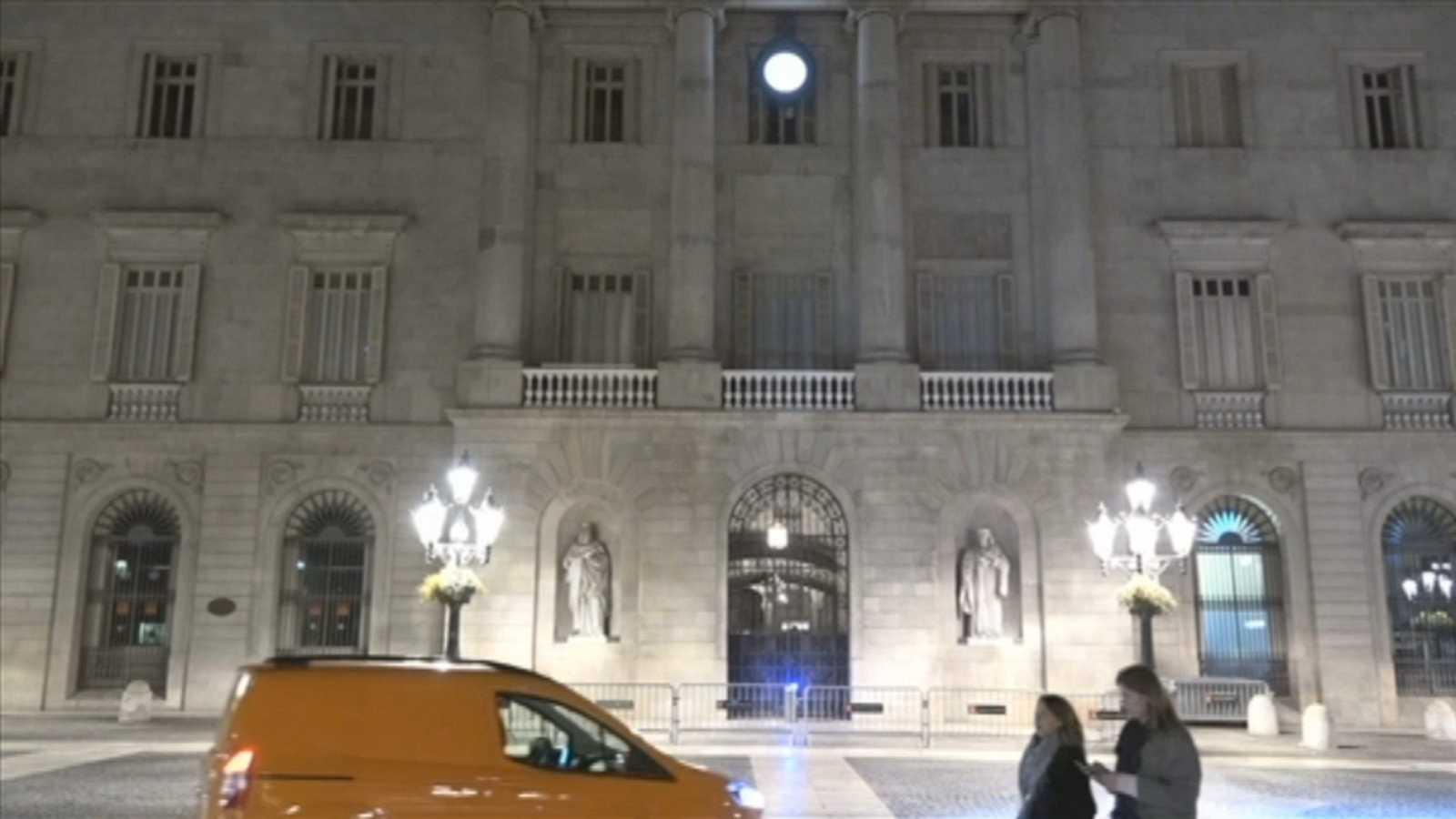 Imagen de la fachada del Ayuntamiento de Barcelona en la plaza Sant Jaume tras la decisión del consistorio de retirar el lazo amarillo atendiendo la orden de la Junta Electoral.
