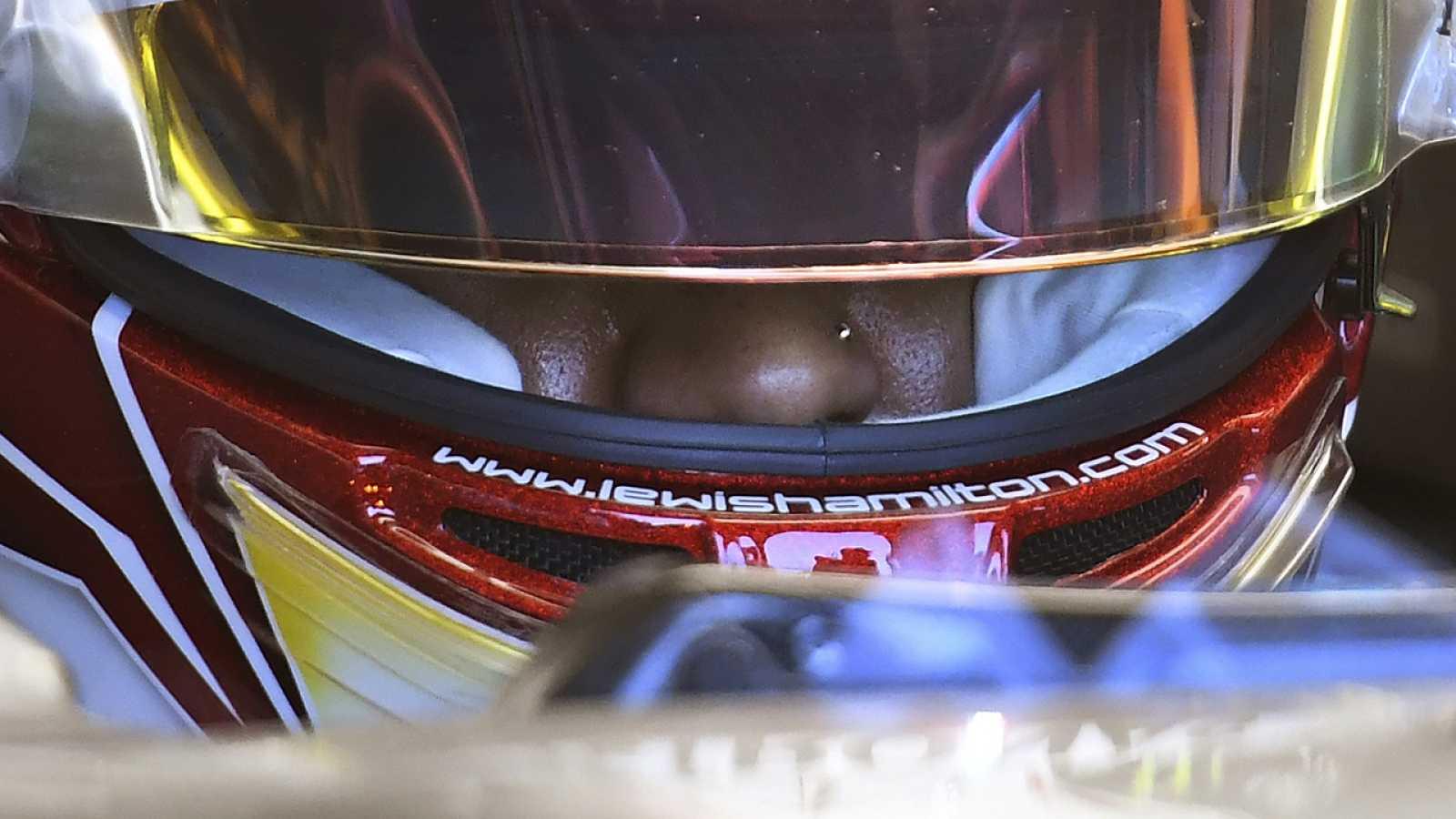 Hamilton, metido en su monoplaza y con el casco puesto durante los entrenamientos del GP de Australia