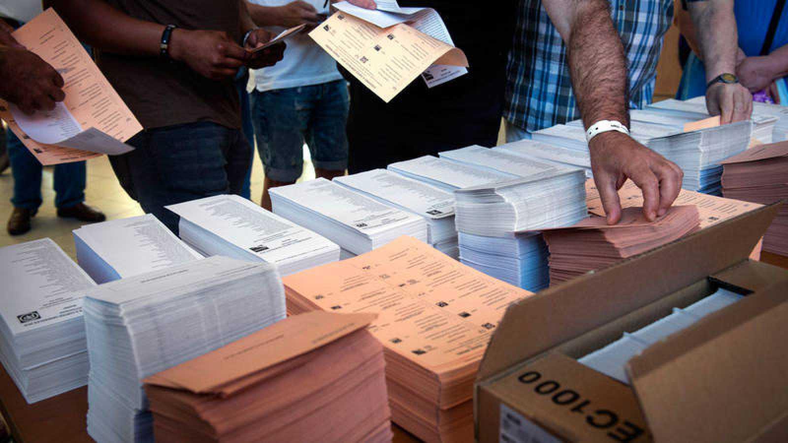 Varias personas antes de votar en un colegio electoral de Vallecas de Madrid en junio de 2016