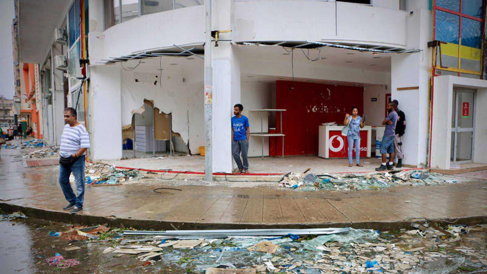 Residentes y comerciantes, en medio de la destrucción provocada por el paso del ciclón Idai en Beira, Mozambique
