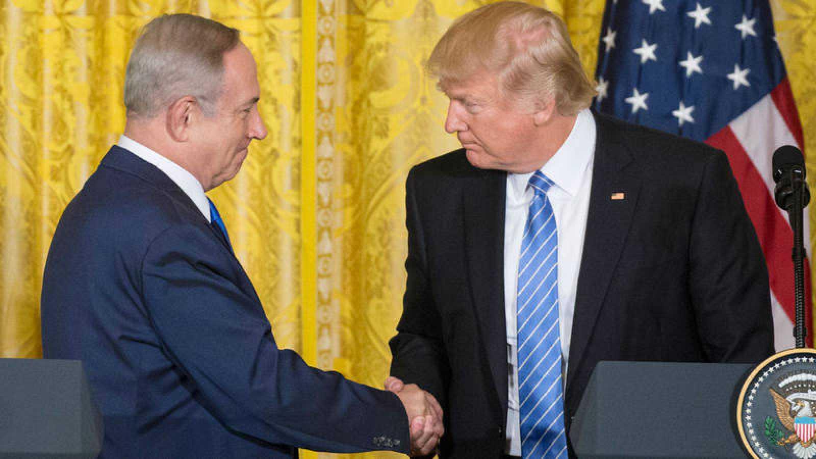 Donald Trump estrecha la mano del primer ministro israelí Benjamin Netanyahu en febrero de 2017