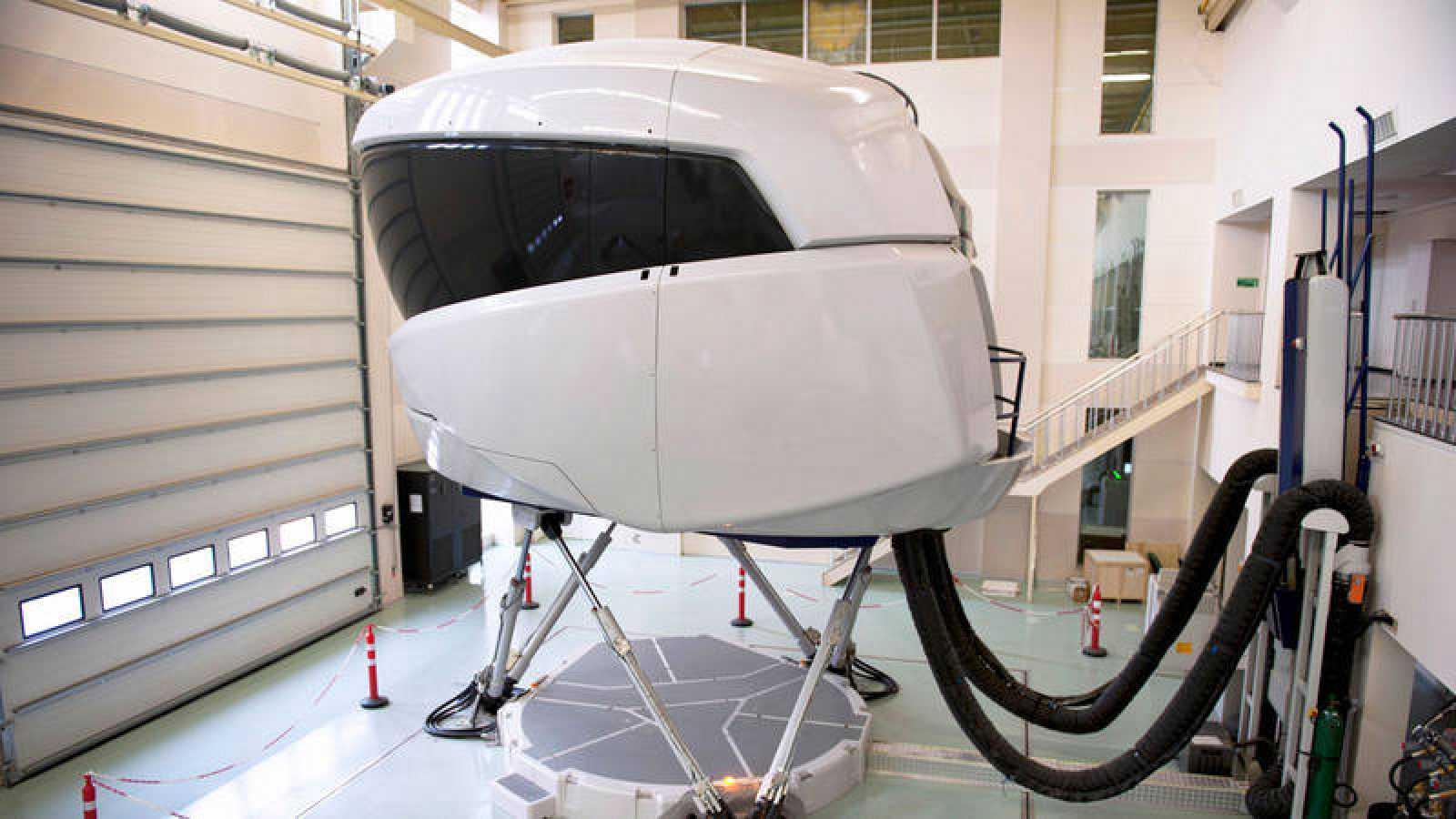 La mayoría de los pilotos de aerolíneas comerciales se someten a cursos formativos de refresco con simuladores cada seis meses.