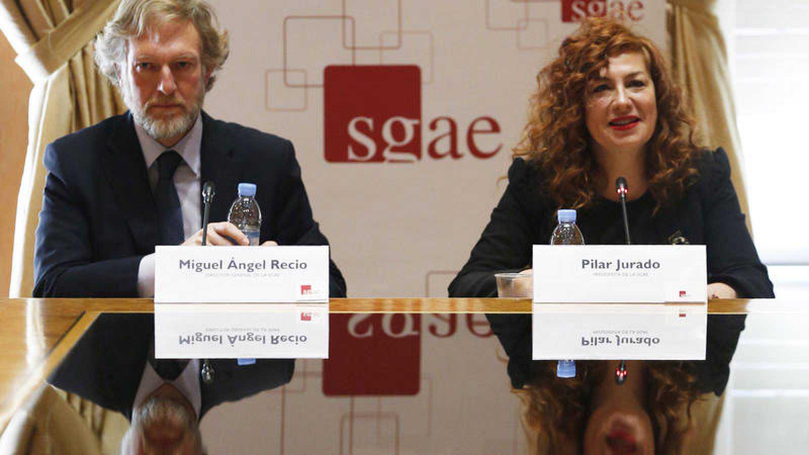La presidenta de la SGAE, Pilar Jurado, y el nuevo director general, Miguel Recio.