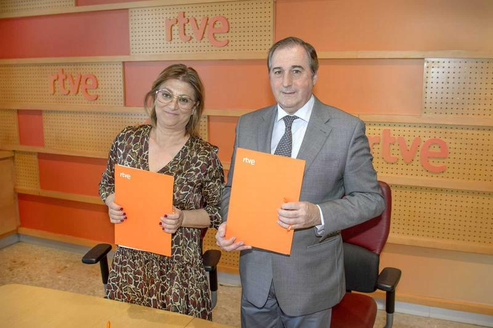 El director de TVE, Eladio Jareño, y la alcaldesa de Medina del Campo (Valladolid), Teresa López Martín