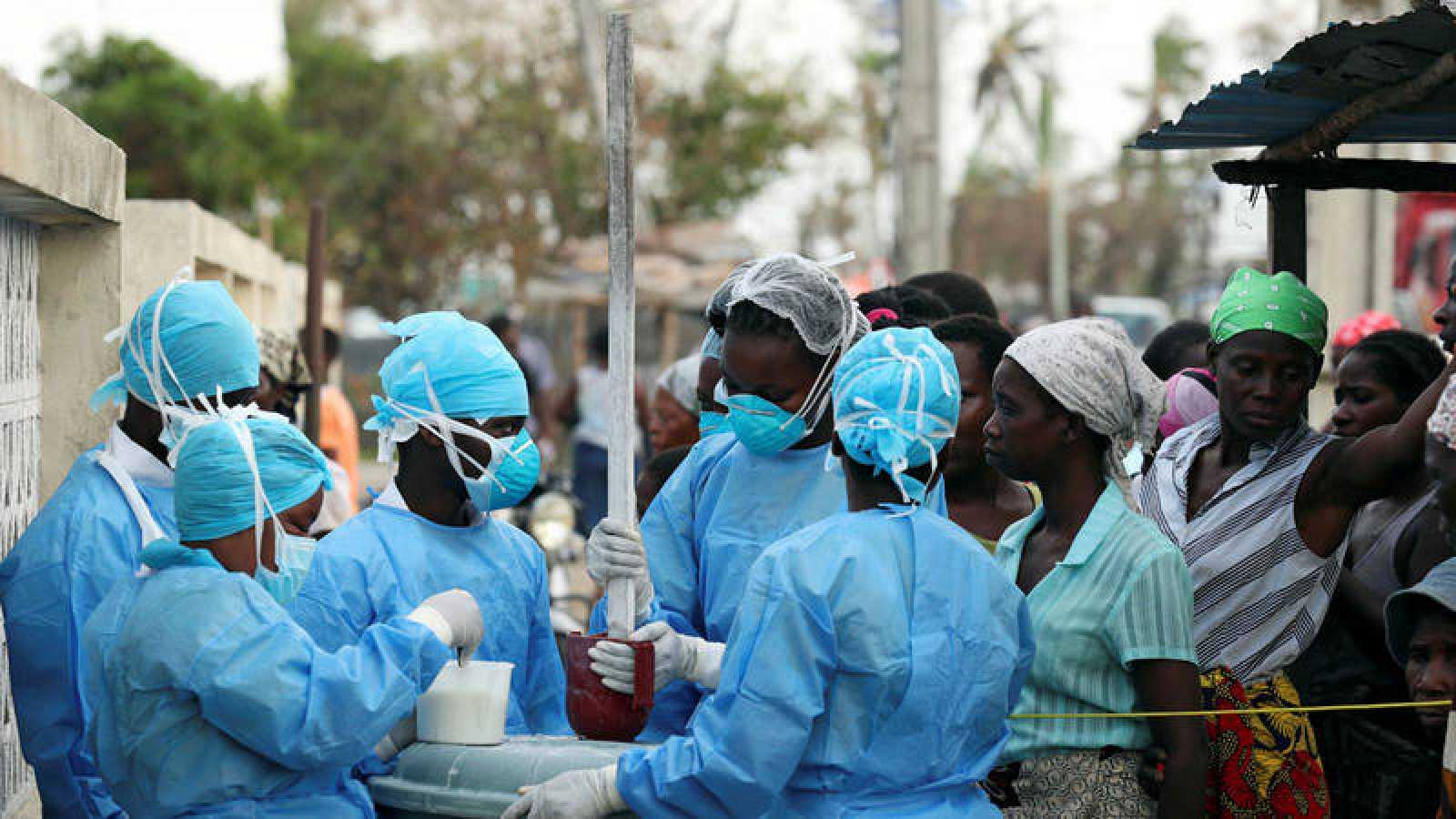 El personal médico mezcla una solución de cloro para su distribución en un centro de salud que trata enfermedades transmitidas por el agua en Beira.