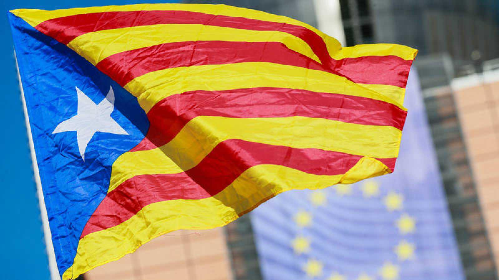 Una bandera independentista catalana ondea frente a la sede de la Comisión Europea, en Bruselas.