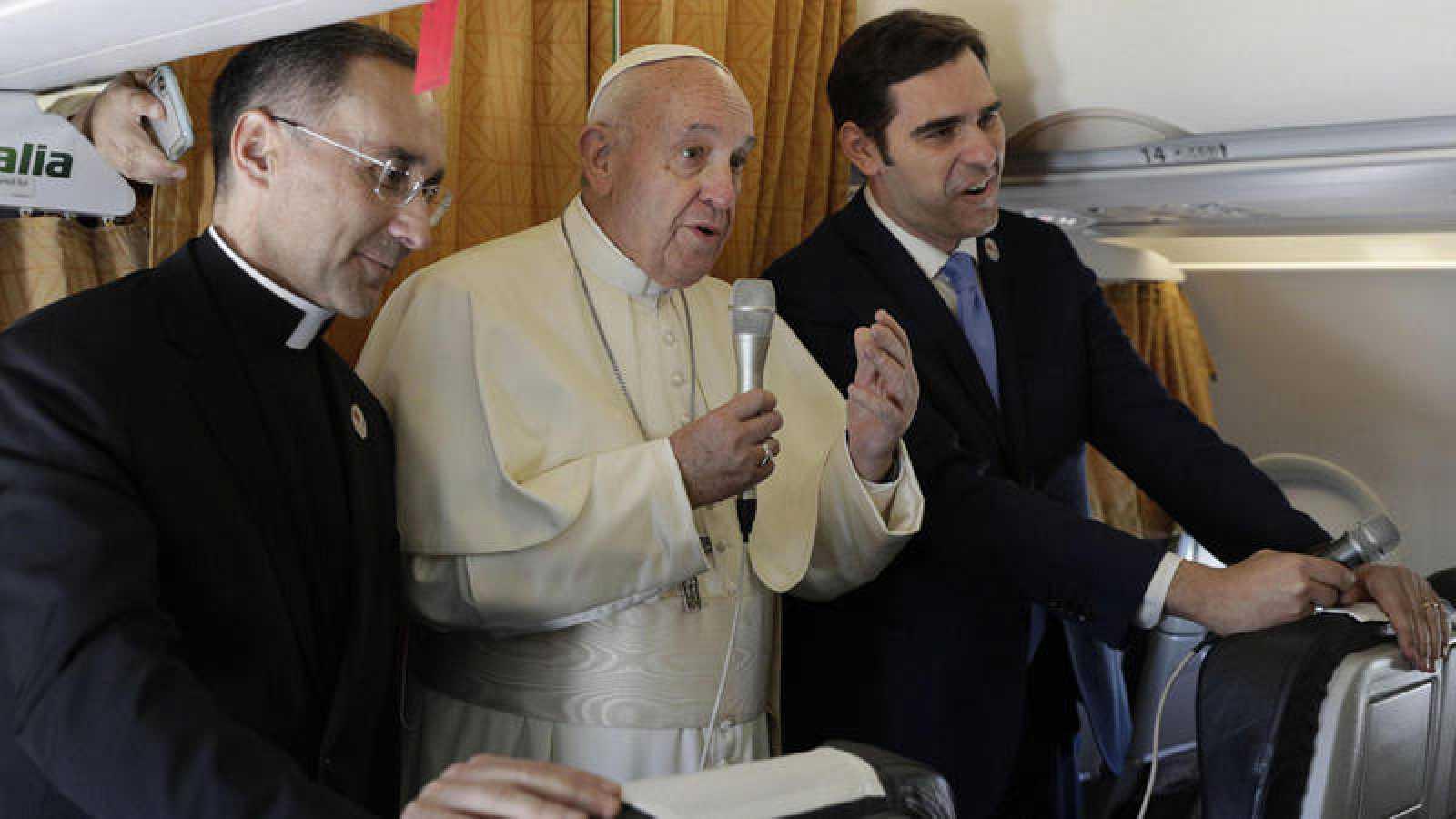 El papa responde a preguntas de los periodistas que viajan con él a Marruecos en el avión papal