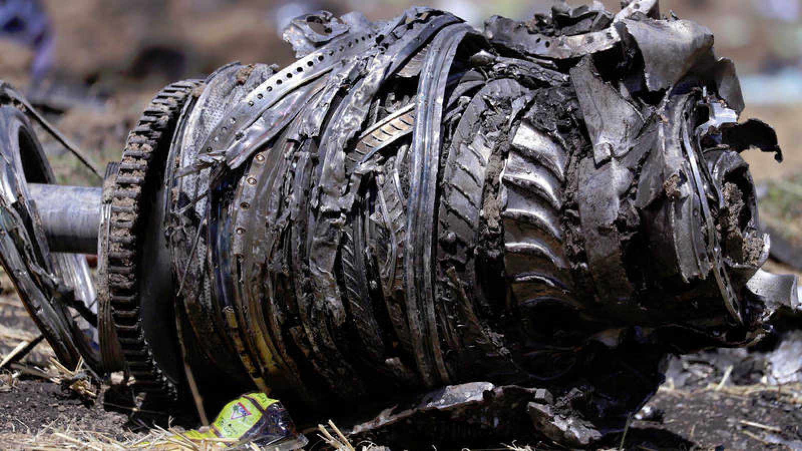 Imagen de uno de los motores del Boeing 737 MAX 8 de Ethiopian Airlines, después del accidente.