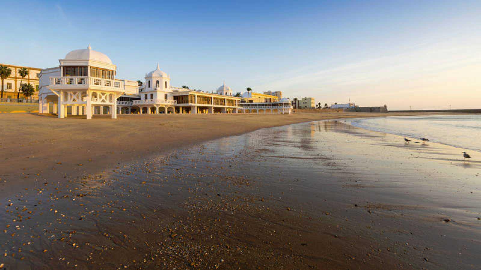La playa de La Caleta es uno de los rincones más turísticos de la capital gaditana.