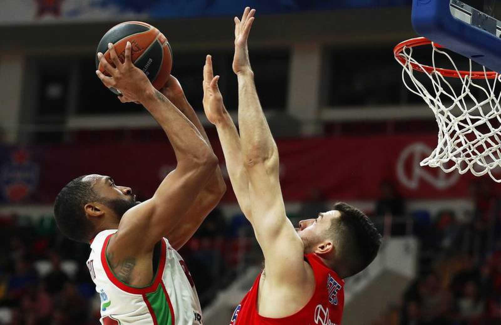 El alero estadounidense del CSKA Moscú Alec Peters (d) trata de defender un lanzamiento a canasta del alero estadounidense del Baskonia Darrun Hilliard (i) durante el partido entre ambos equipos, correspondiente a la Euroliga de baloncesto, este juev