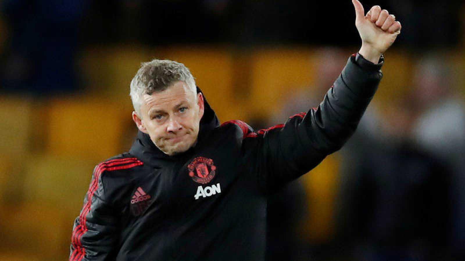 El técnico del Manchester United, Ole Gunnar Solskjaer, saluda tras un partido.