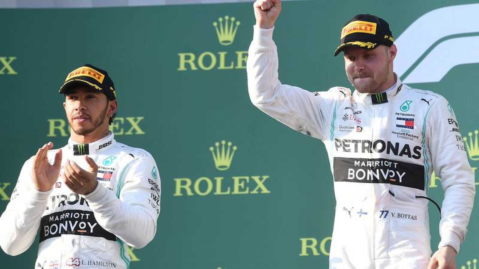 Lewis Hamilton y Valteri Bottas, en el podio del GP de Australia.