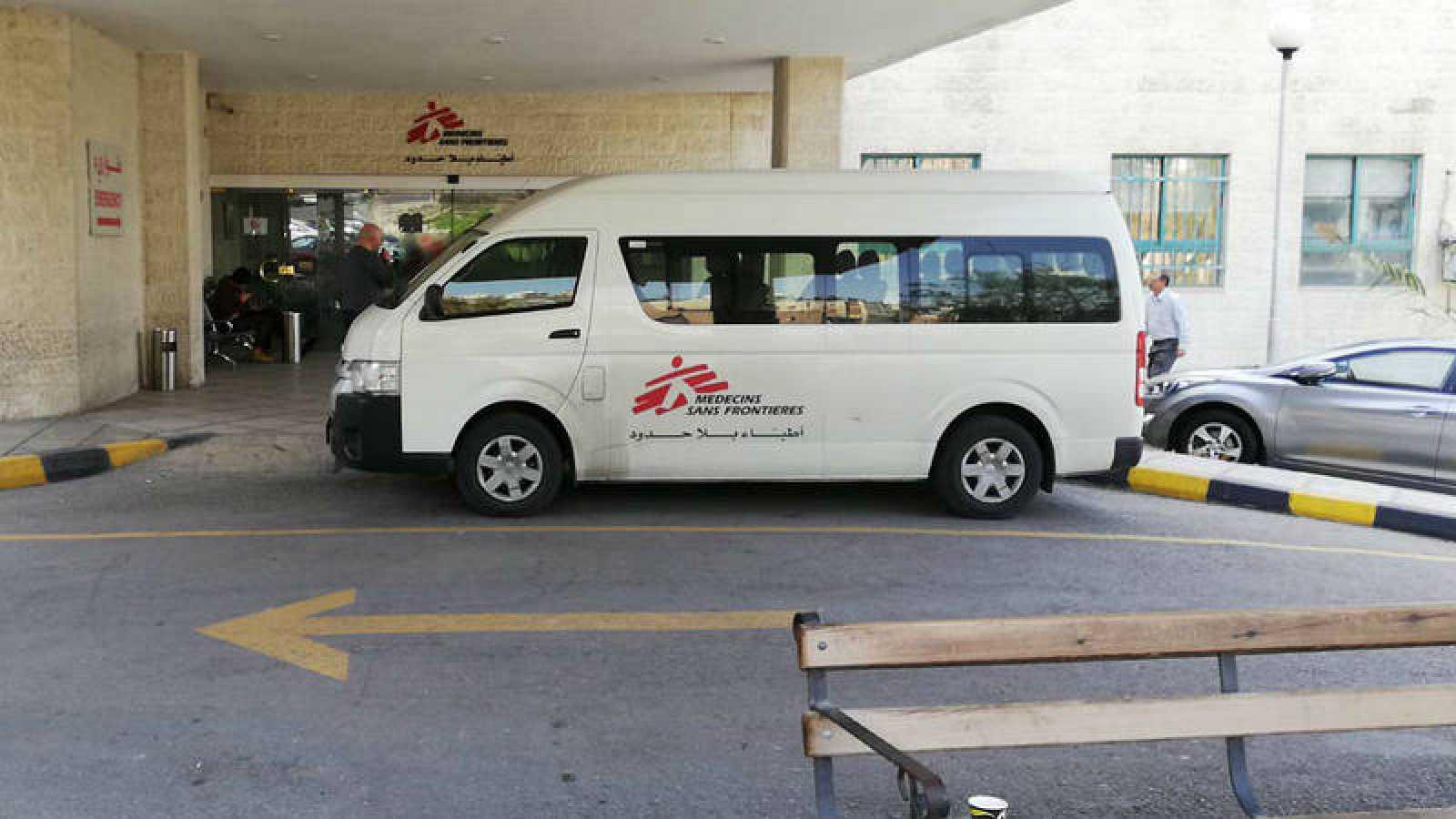 Una ambulancia espera en el Hospital de Cirujía Reconstructiva de MSF