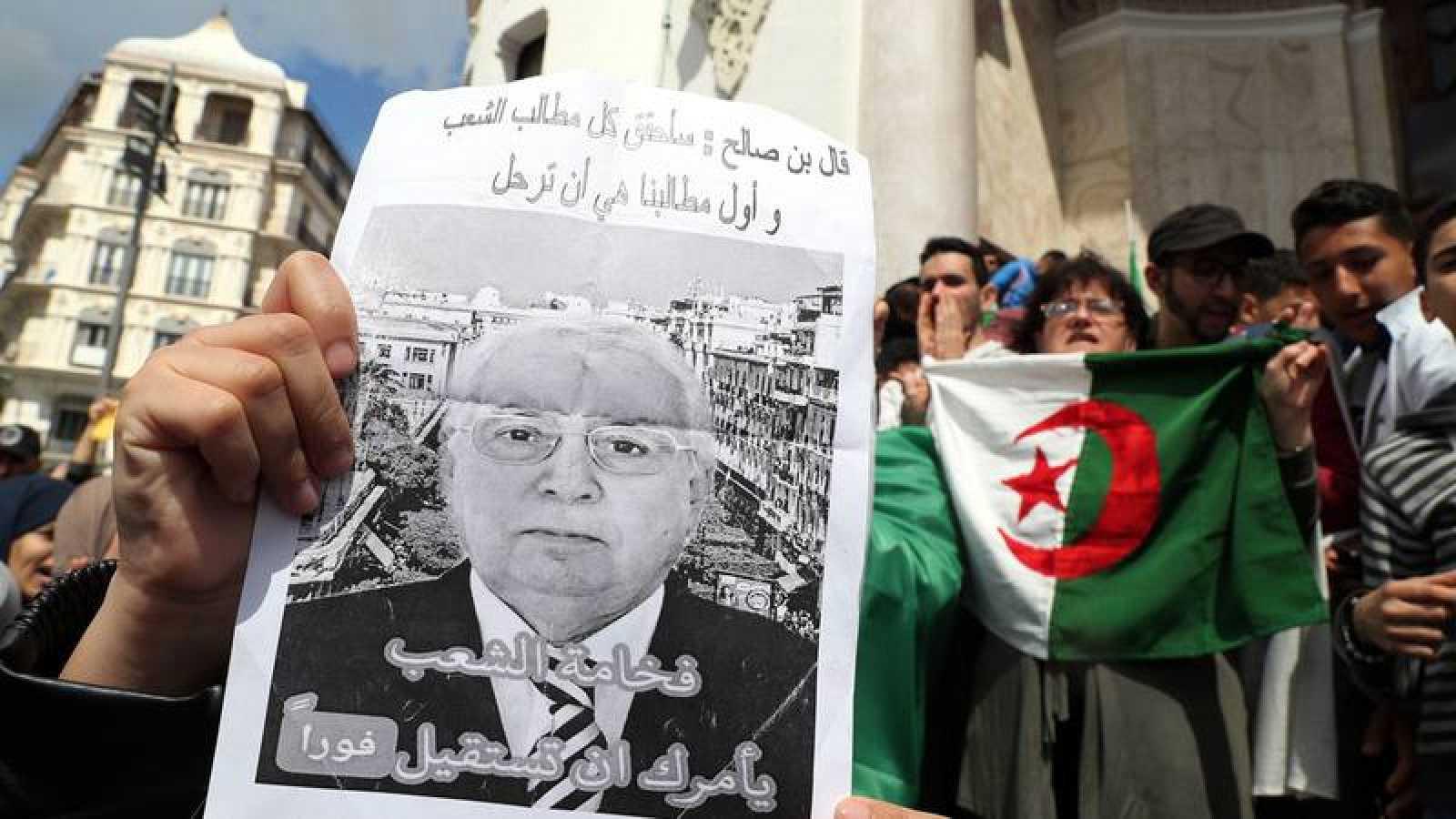 Cientos de argelinos gritan consignas contra el presidente interino Abdelkader Bensalah