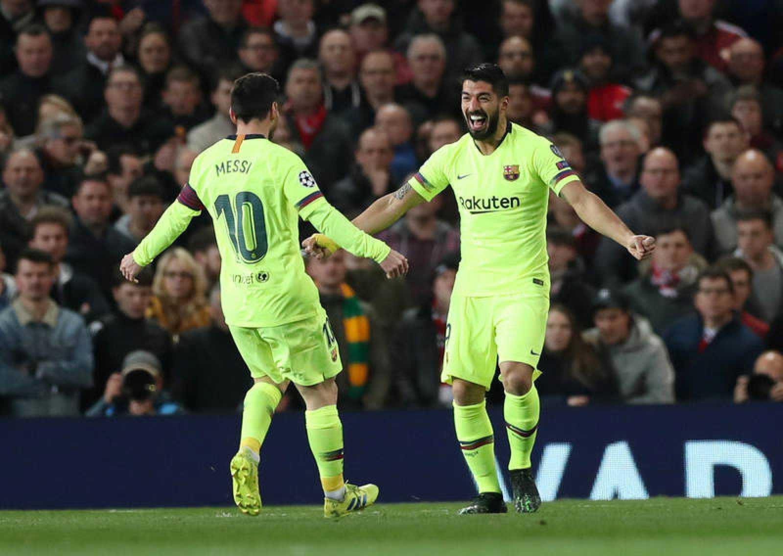 Luis Suárez y Messi celebran el gol del Barça en Old Trafford.