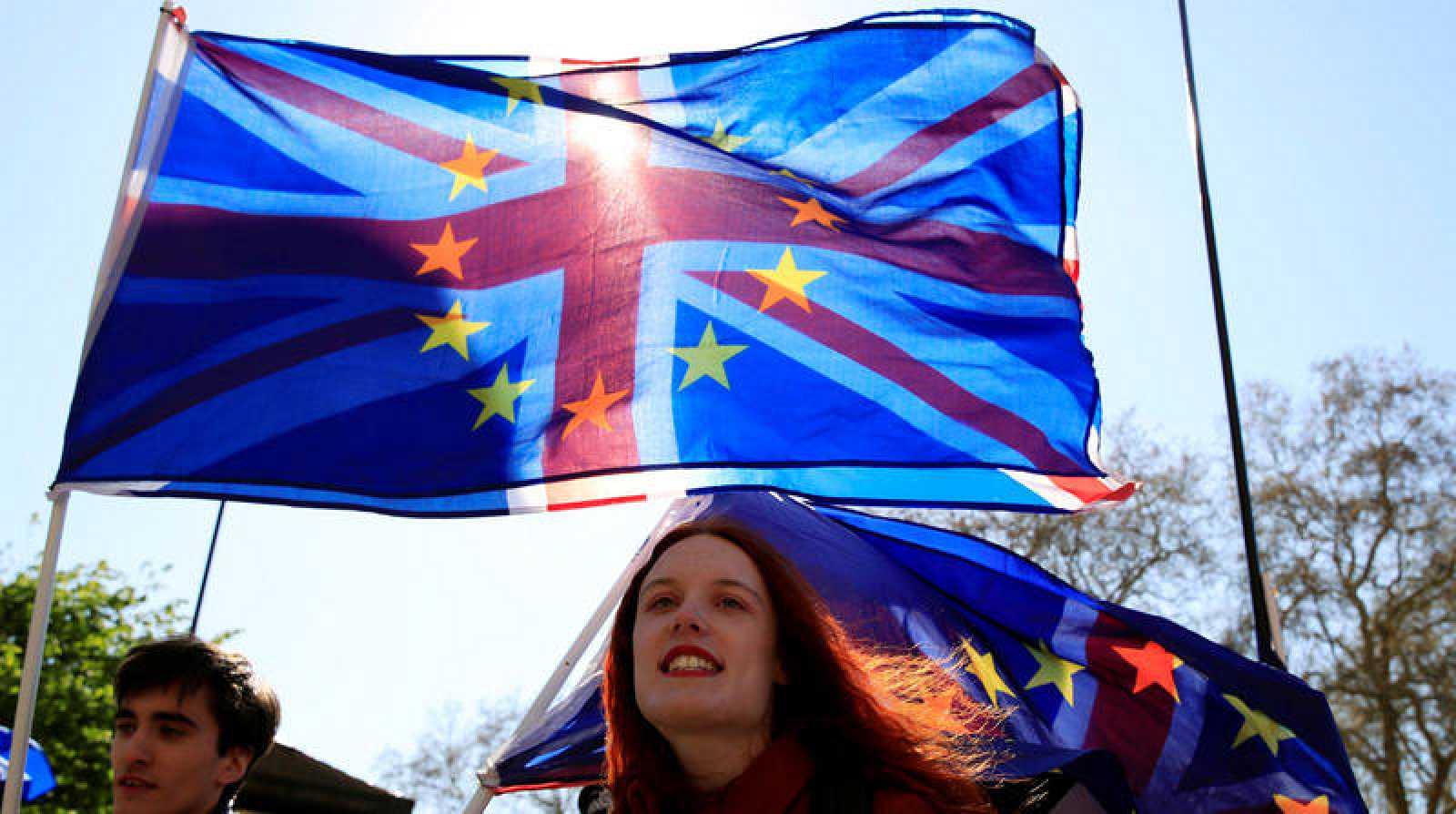 Manifestantes antibrexit enarbolan las banderas de la UE y la Union Jack