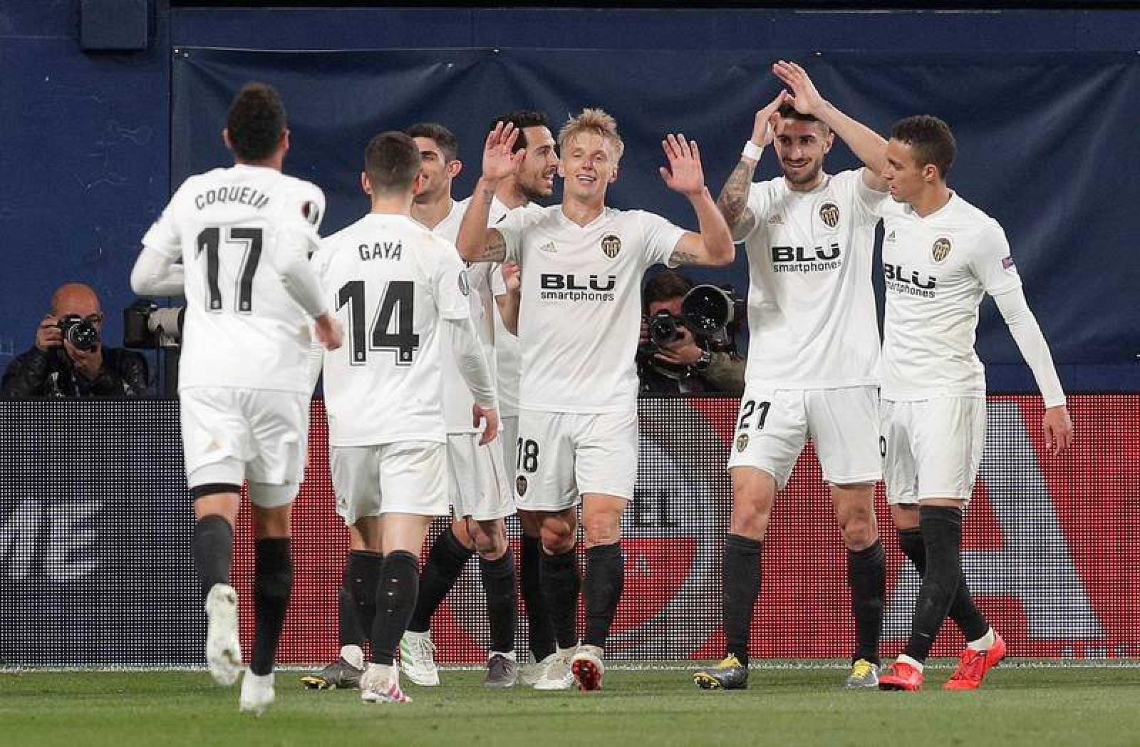 Los jugadores del Valencia celebran el segundo gol del equipo valencianista.