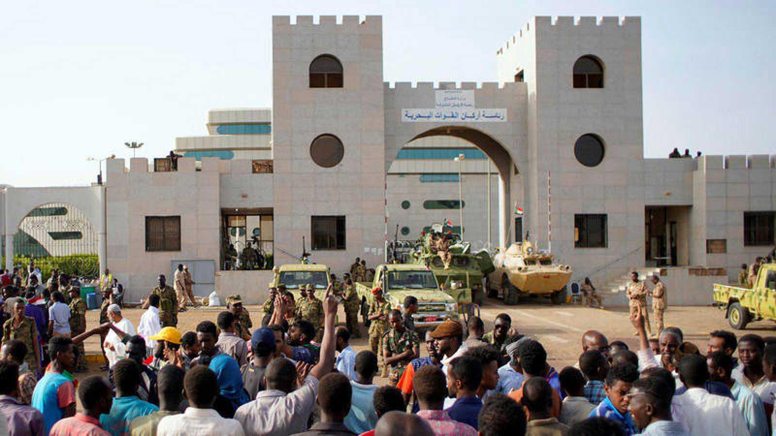 Los manifestantes sudaneses se reúnen para protestar contra el anuncio del ejército de que el presidente Omar al-Bashir sería reemplazado por un consejo de transición liderado por militares