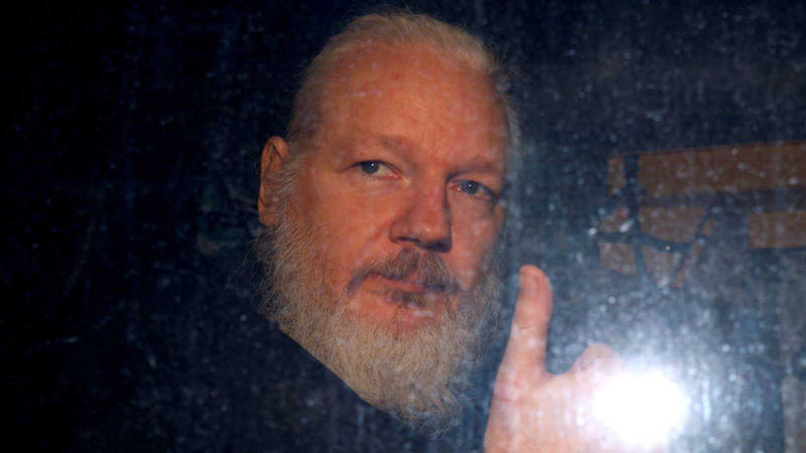 El fundador de WikiLeaks, Julian Assange, es trasladado tras su arresto.