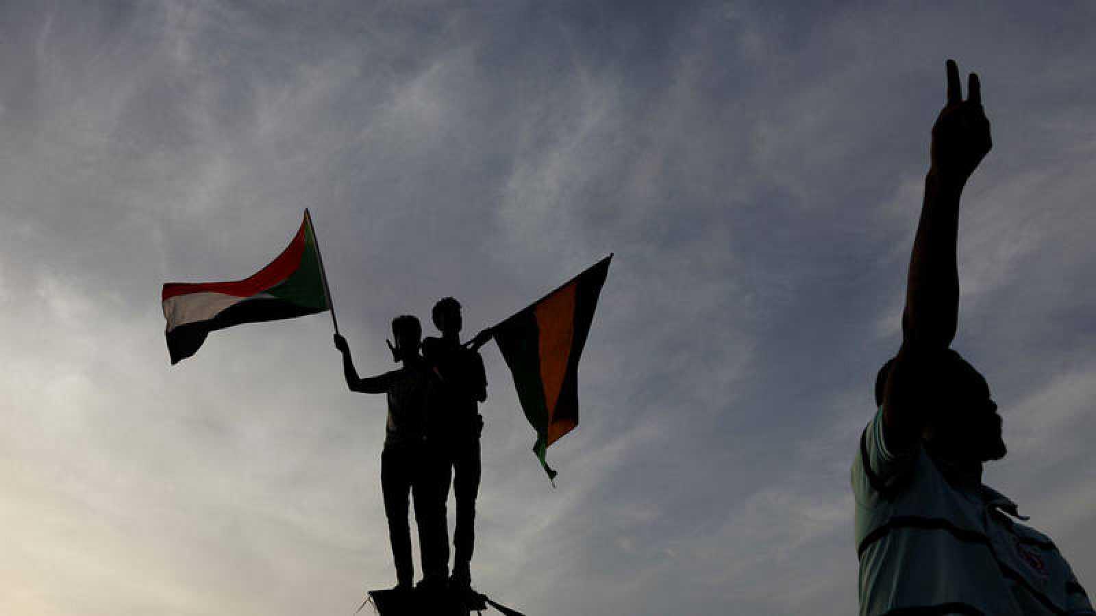 Tres manifestantes frente al ministerio de Defensa en Jartum