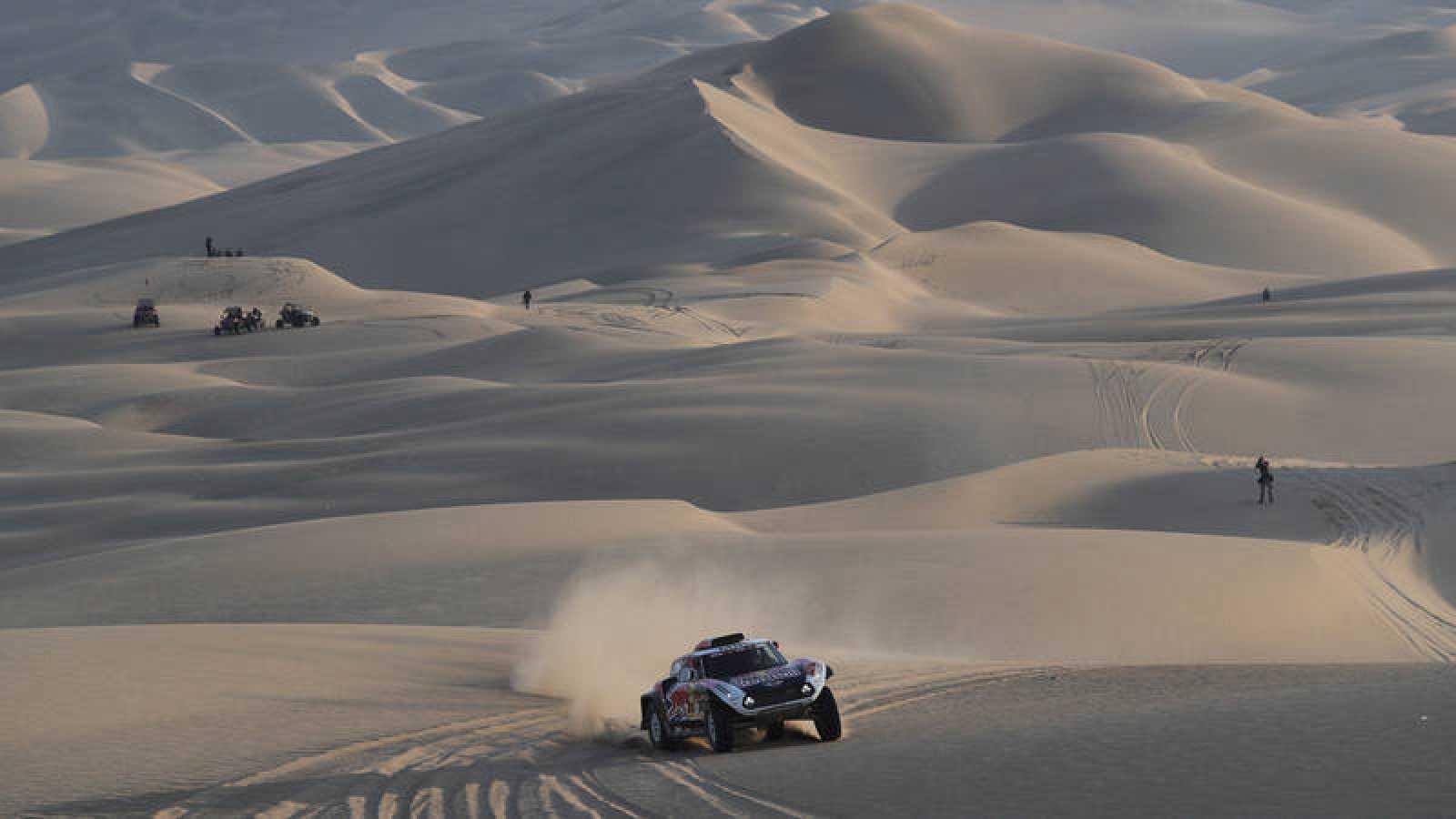 Imagen del francés Stephane Peterhansel en la disputa del Rally Dakar 2019