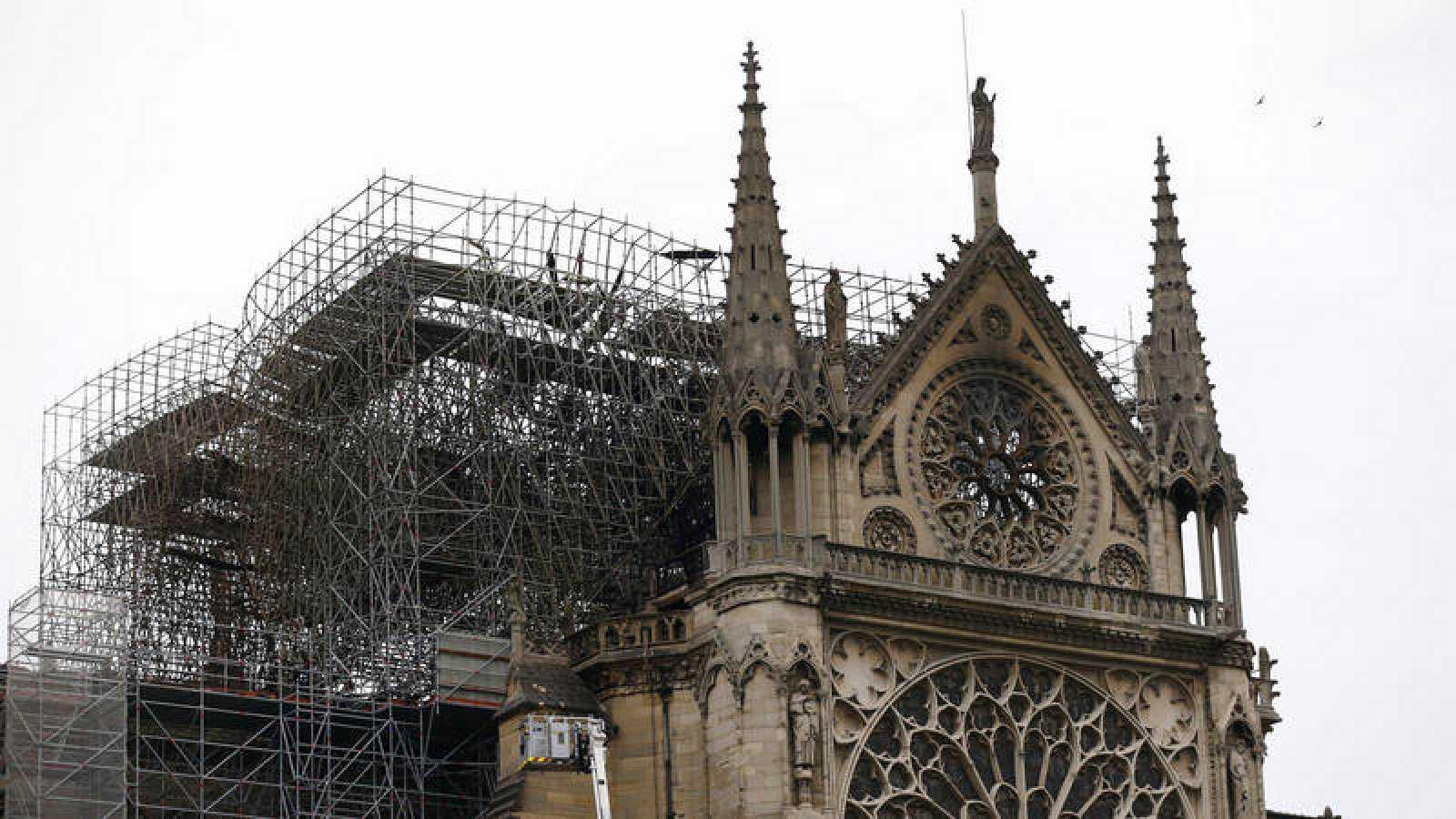 Vista de parte de la estructura la catedral de Notre Dame afectada por un incendio en París Francia
