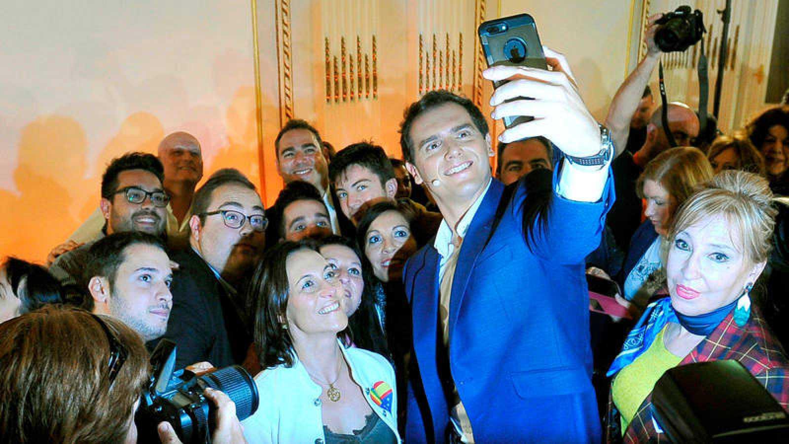 Albert Rivera se fotografía con un grupo de simpatizantes durante un Encuentro Ciudadano en Albacete
