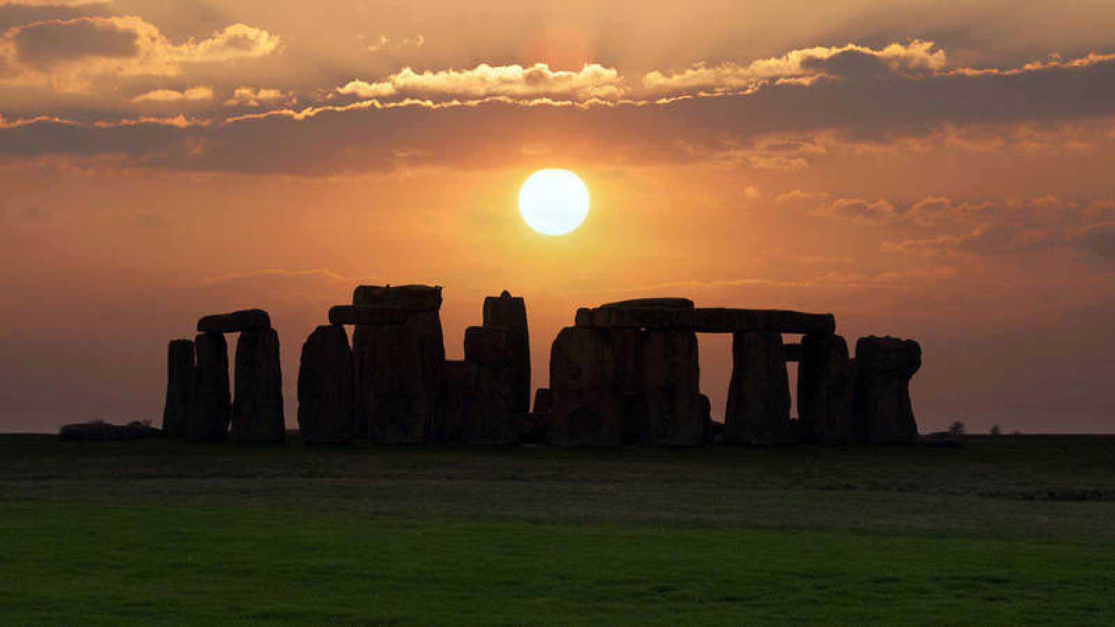 Stonehenge, situado al sur de Inglaterra, es un monumento megalítico de piedra.