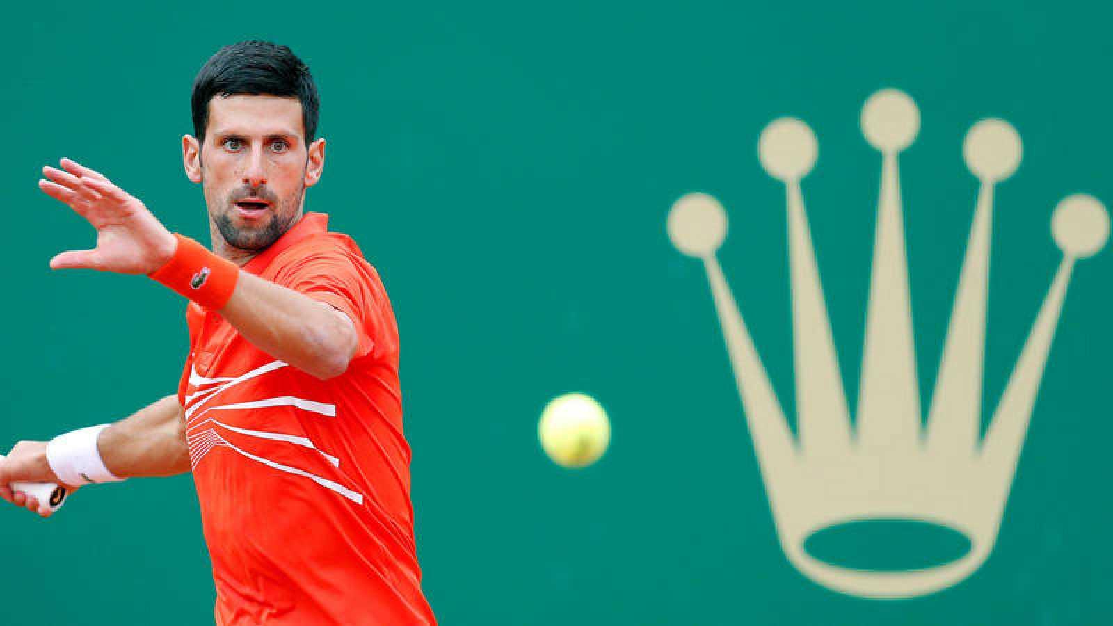 El serbio Novak Djokovic devuelve la bola al alemán Philipp Kohlschreiber.