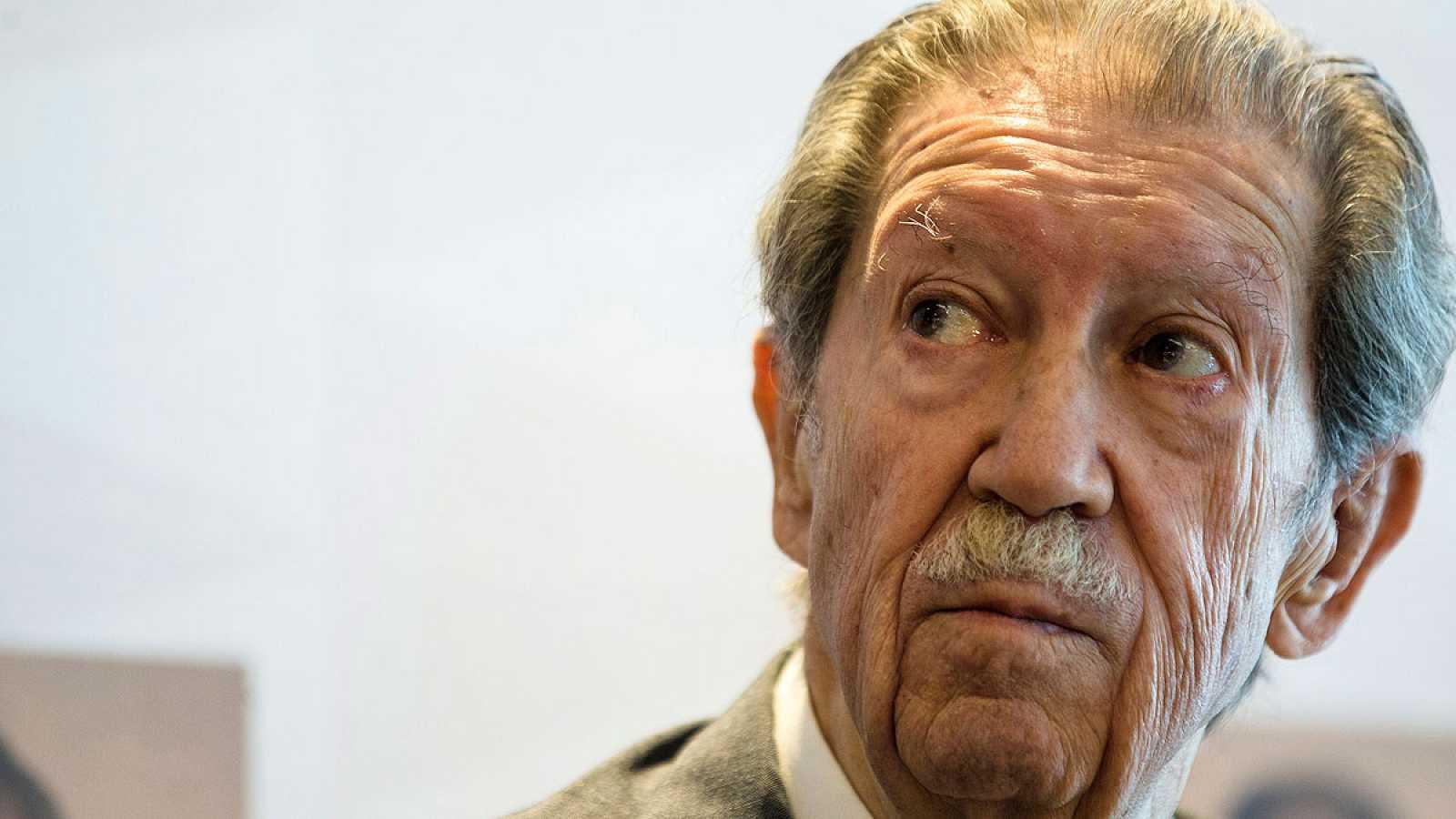 Manuel Alcántara en una foto de archivo mirando al infinito.
